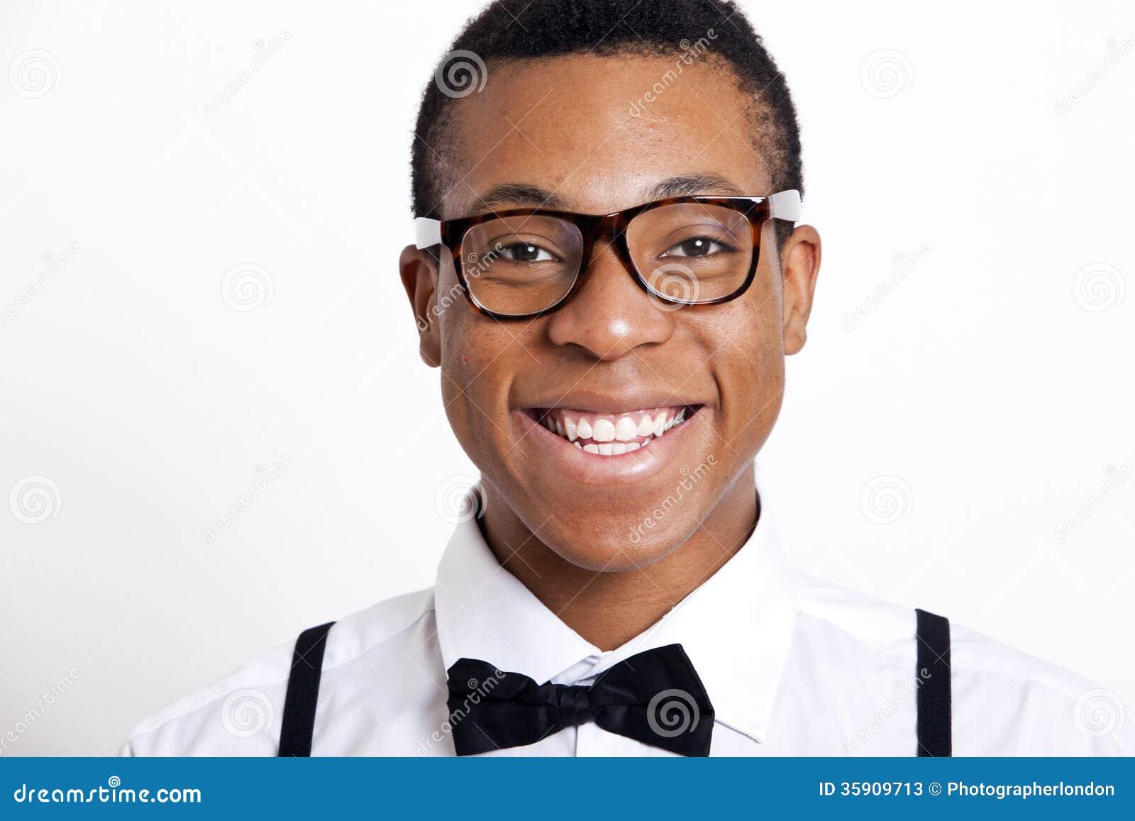 8342de1c88831f Porträt von tragenden Brillen des jungen Mannes gegen weißen Hintergrund