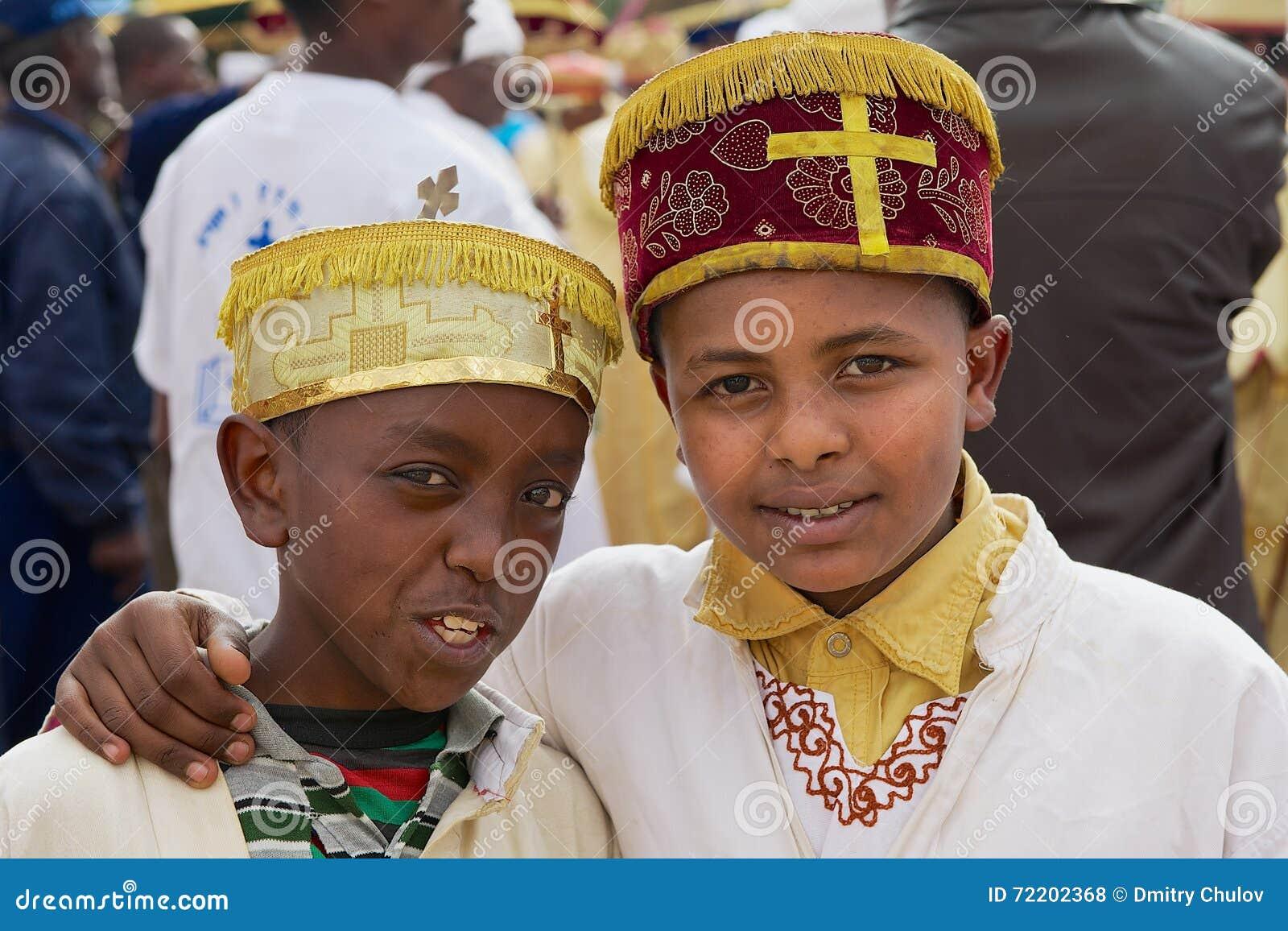 Porträt von zwei äthiopischen Jungen, die traditionelle Kostüme während religiöser Feiern Timkat Christian Orthodox I tragen