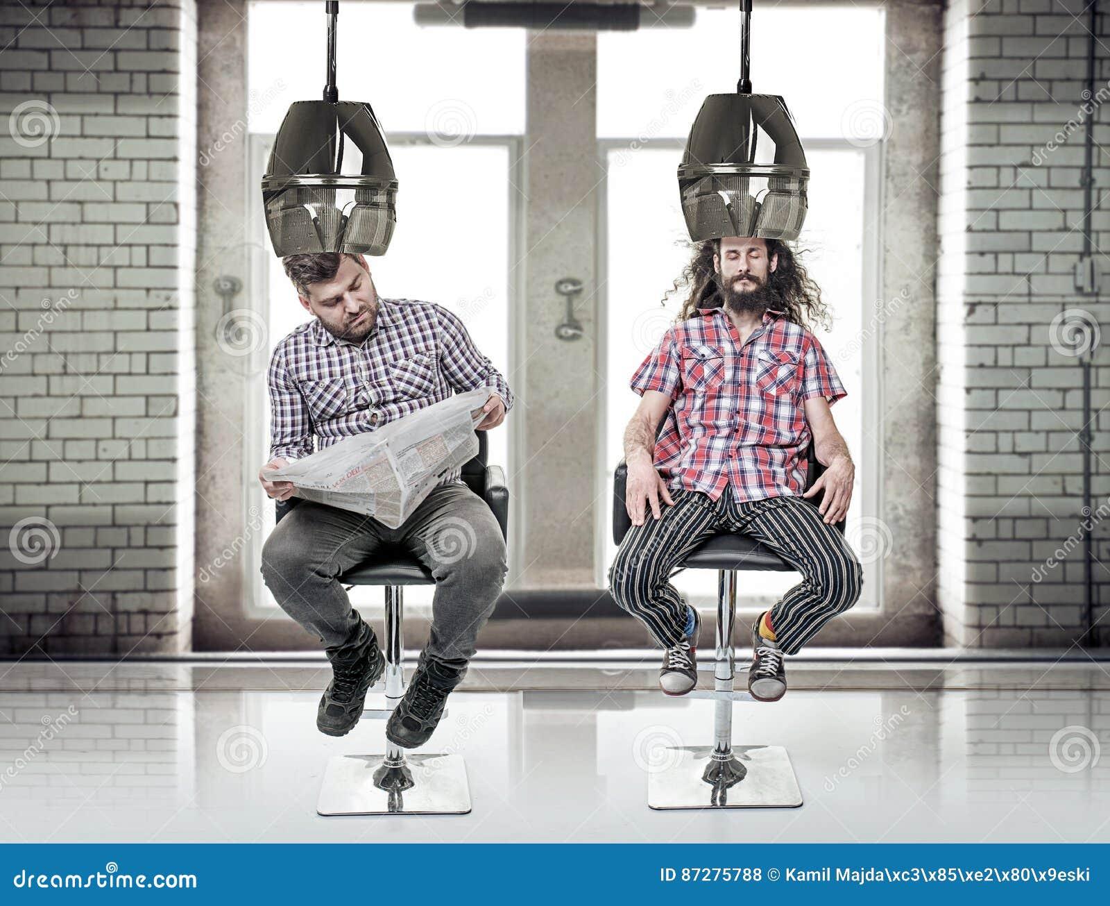 Portrat Von Zwei Lustig Gebohrte Kerle An Friseur S Stockfoto