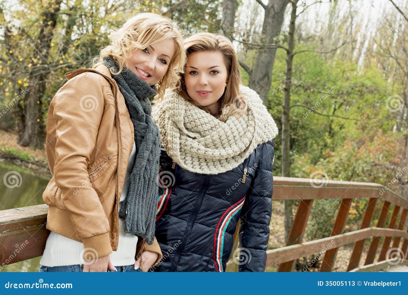 Porträt von zwei Schönheiten im Herbstpark