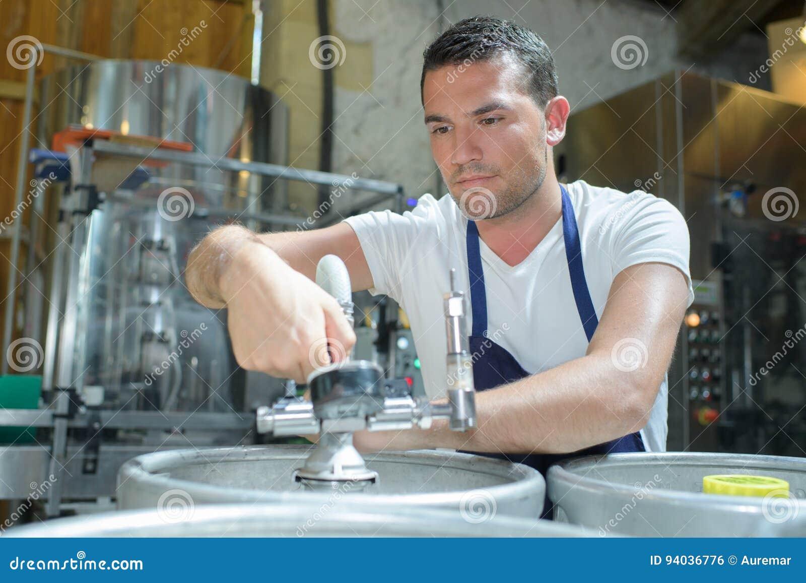Porträtbrauer, der an der Brauerei arbeitet