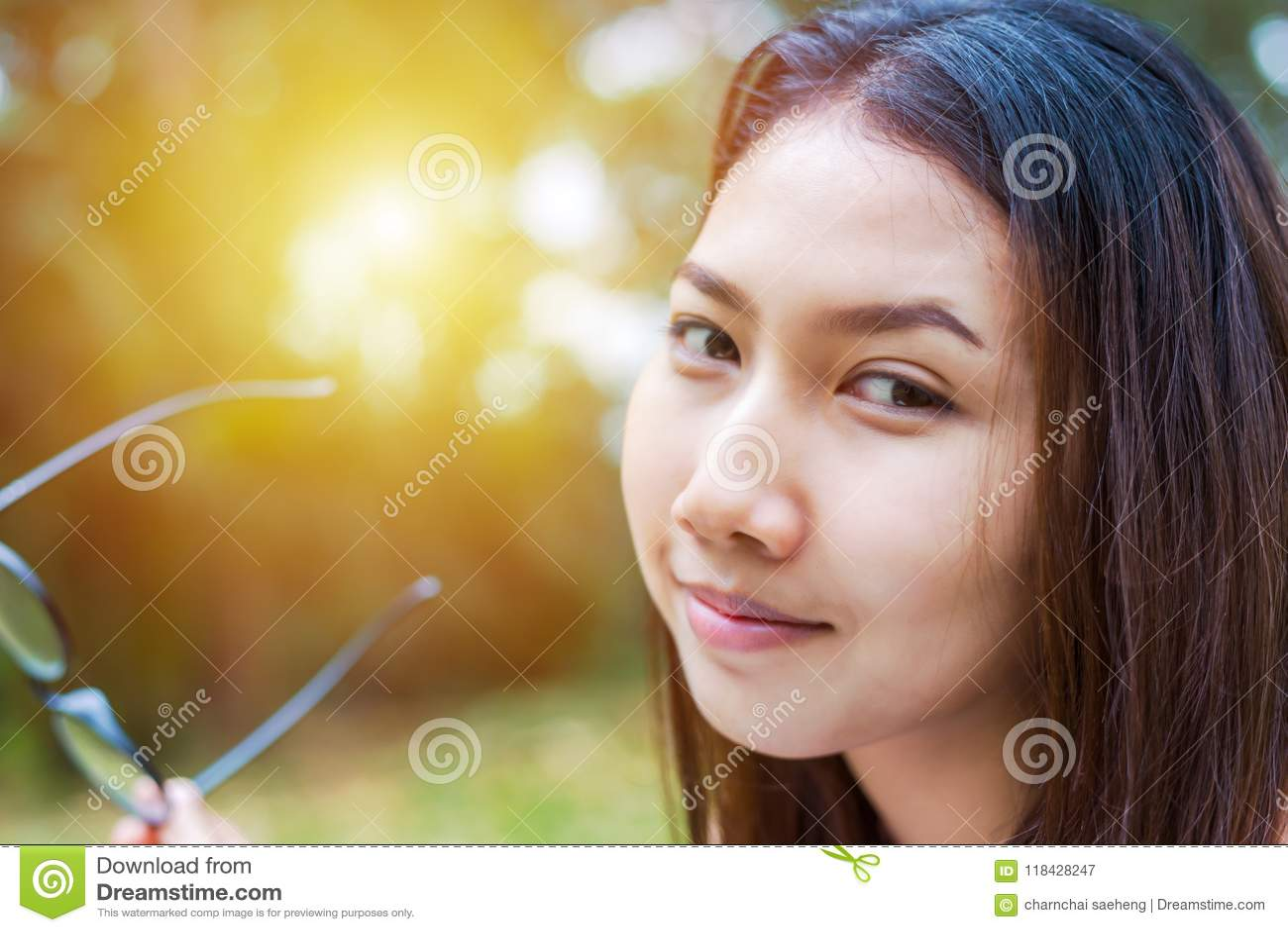 Porträtschönheiten im Park und in ihrem Lächeln