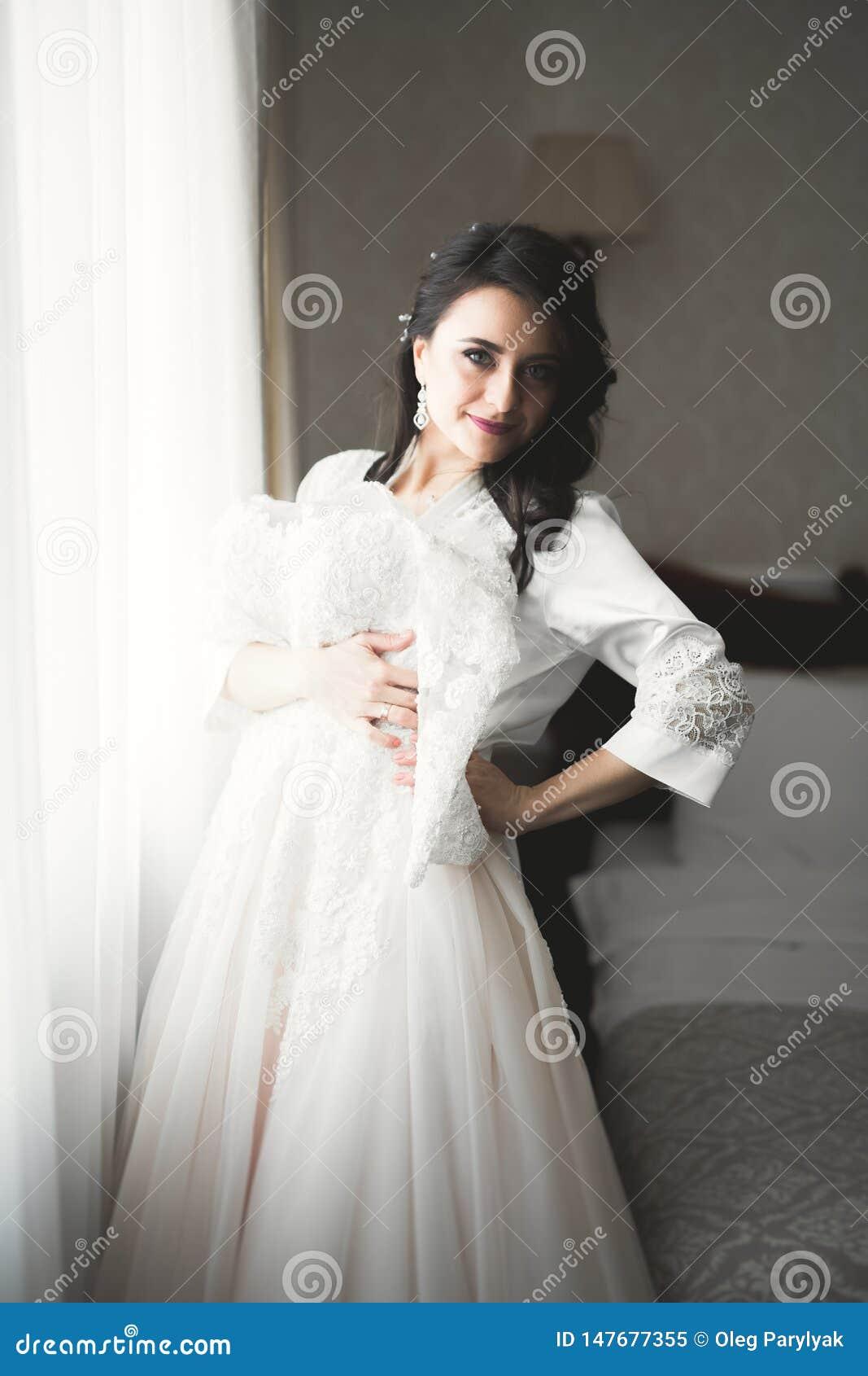 Portr?t der sch?nen Braut mit Modeschleier am Hochzeitsmorgen