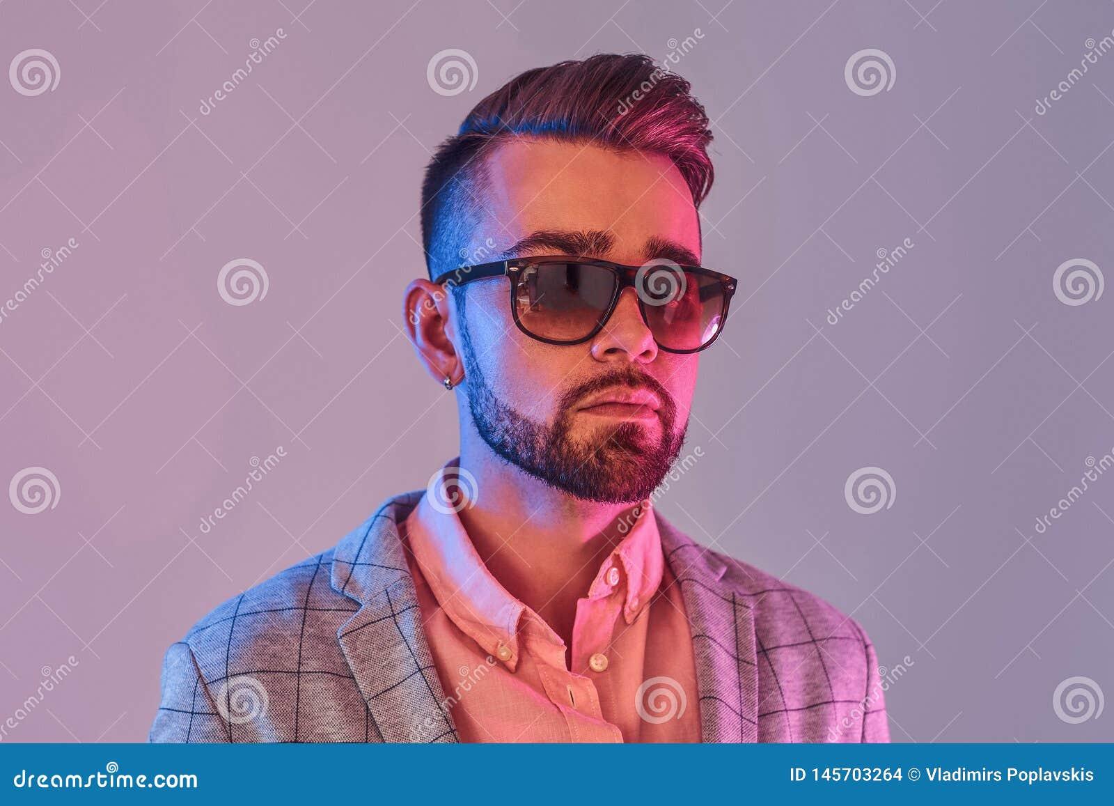 Portr?t des attraktiven nachdenklichen Mannes in checkeret Blazer und Sonnenbrille