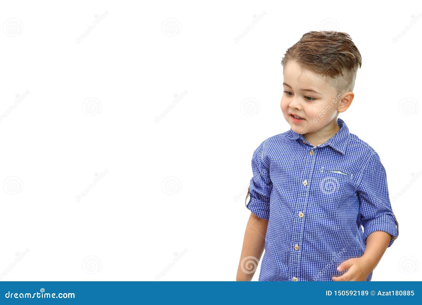 Portr?t des modernen kleinen Jungen im blauen Hemd Getrennt auf wei?em Hintergrund