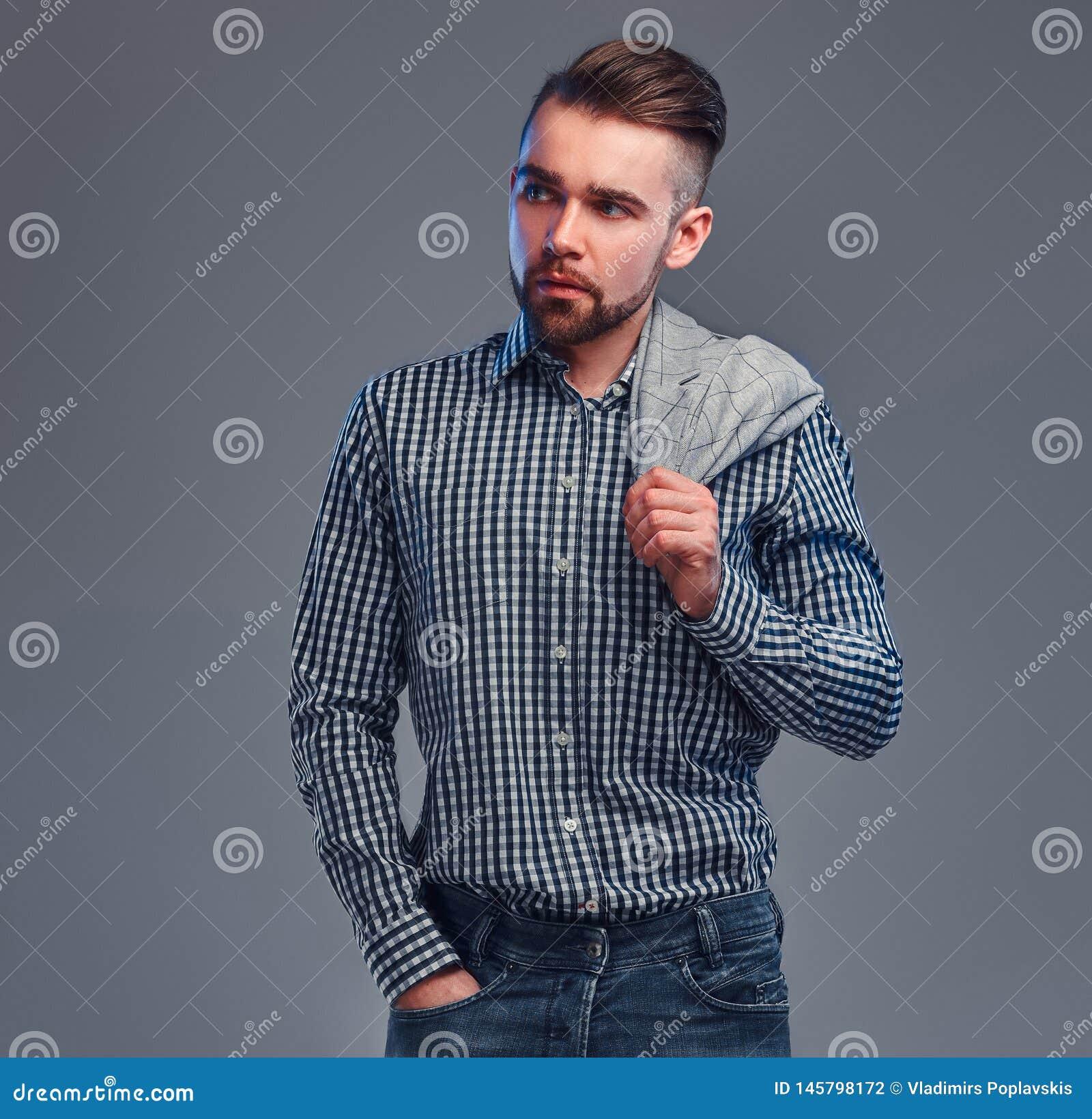Portr?t des styilish attraktiven Mannes im karierten Hemd, im Denim und im Blazer auf seinem shouder