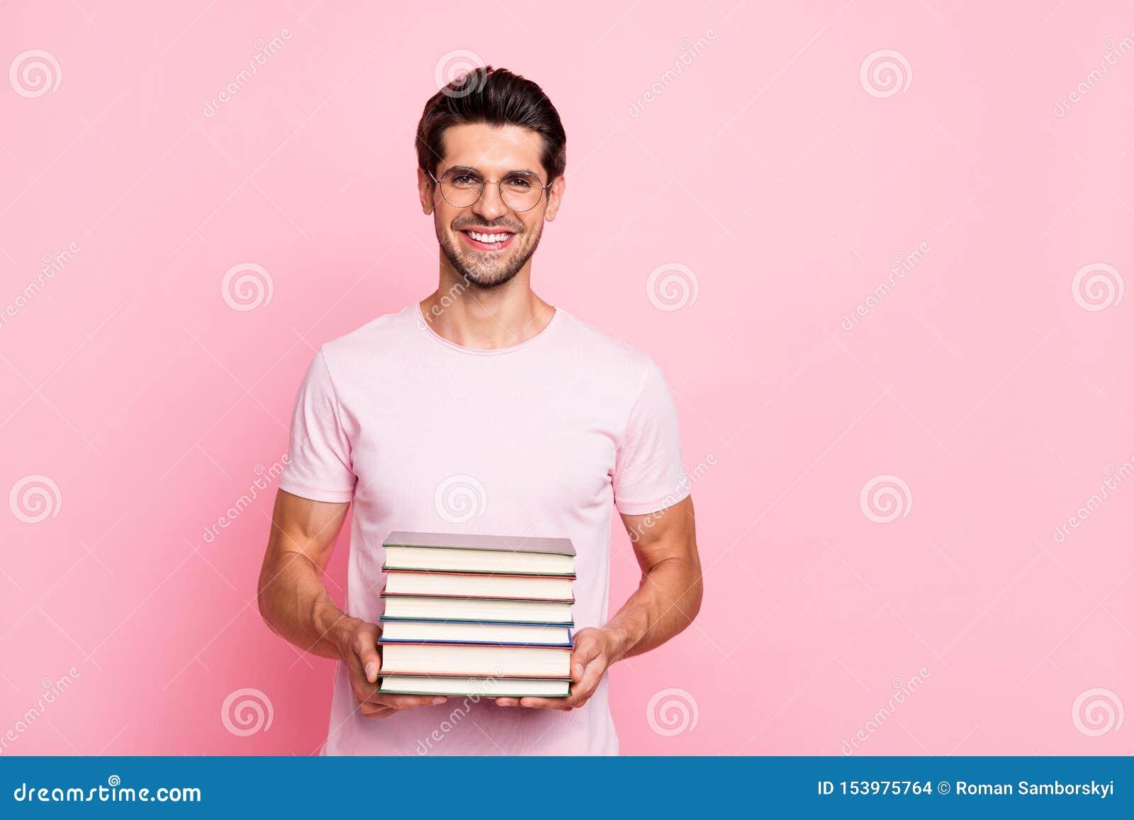 Portrait à lui il type intelligent intellectuel gai gai de contenu attrayant gentil maintenant se tenir dans le livre de mains