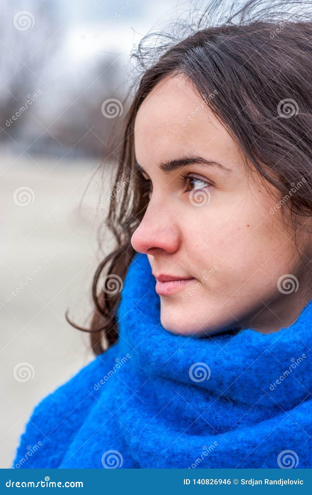 Portrait abstrait de jeune belle fille avec les yeux tristes et adorables avec le regard sensible pendant le jour froid et l écha
