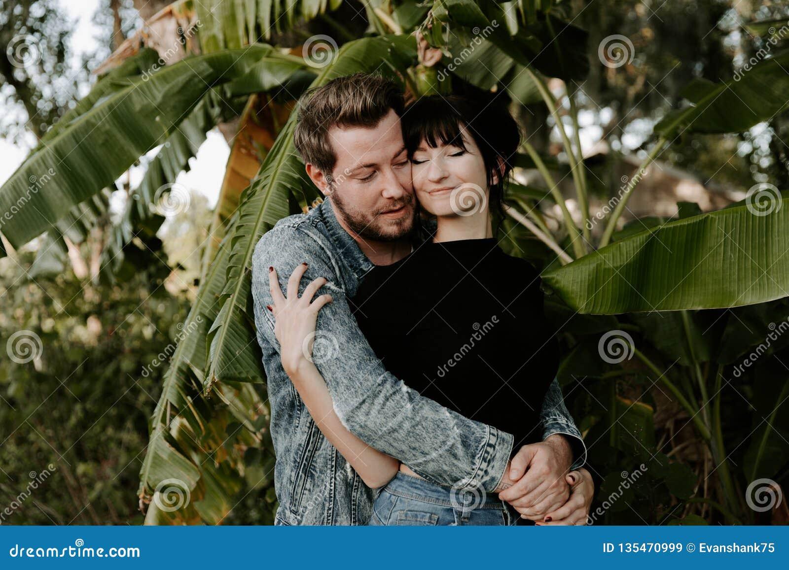 Portrait adorable aimant de deux jeunes à la mode modernes adultes beaux attirants Guy Girl Couple Kissing et étreindre