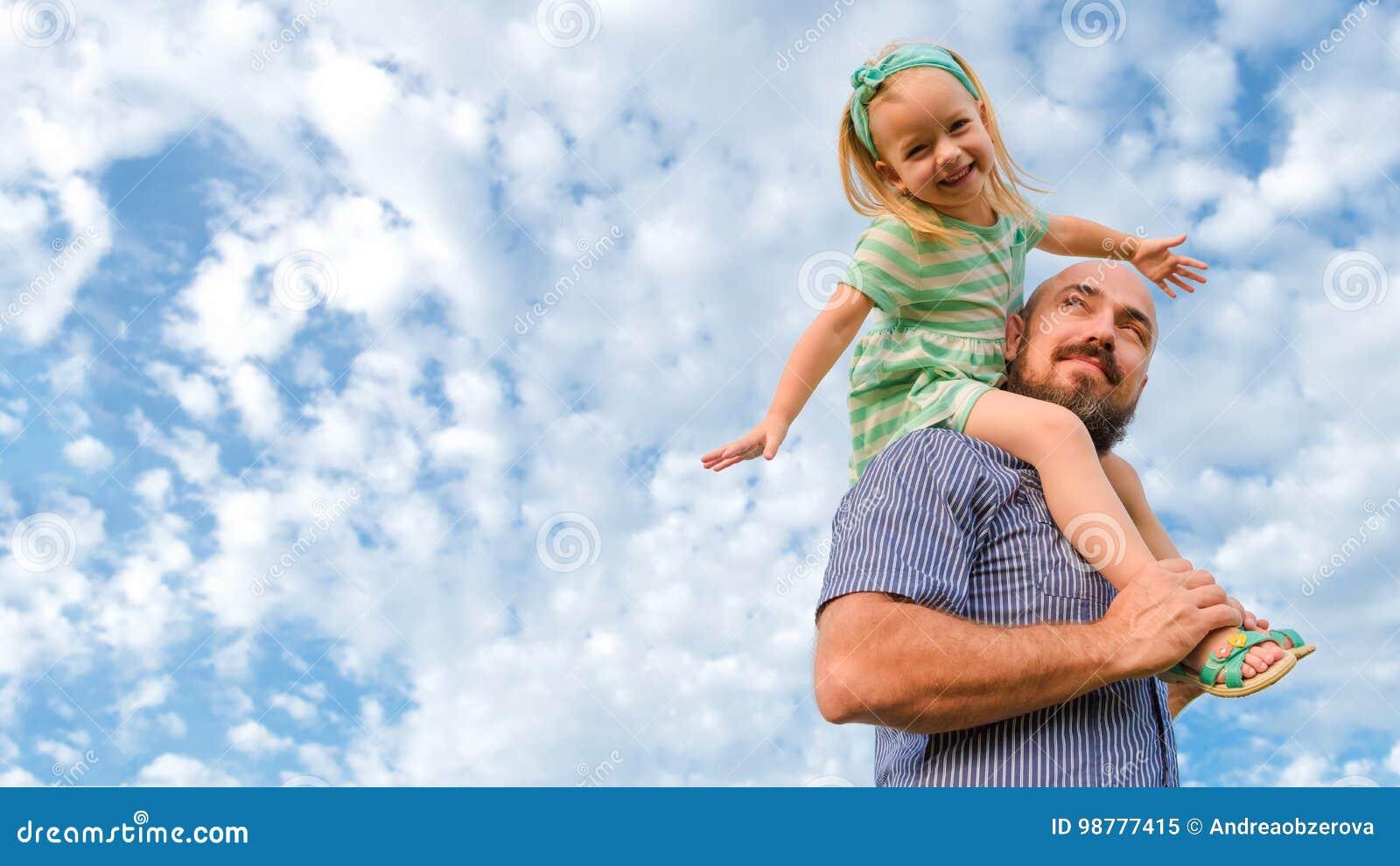 Portrait adorable de fille de père, famille heureuse, jour du ` s de père