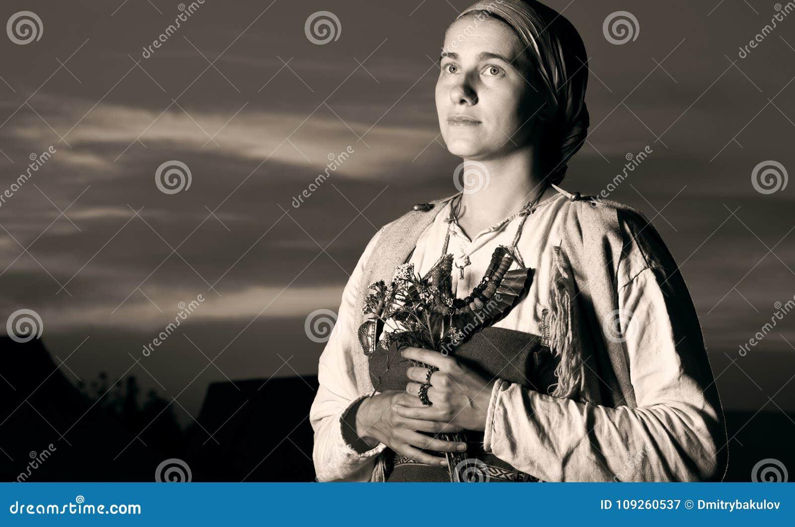 Portrait antique teinté de plan rapproché de femme de slavic du passé