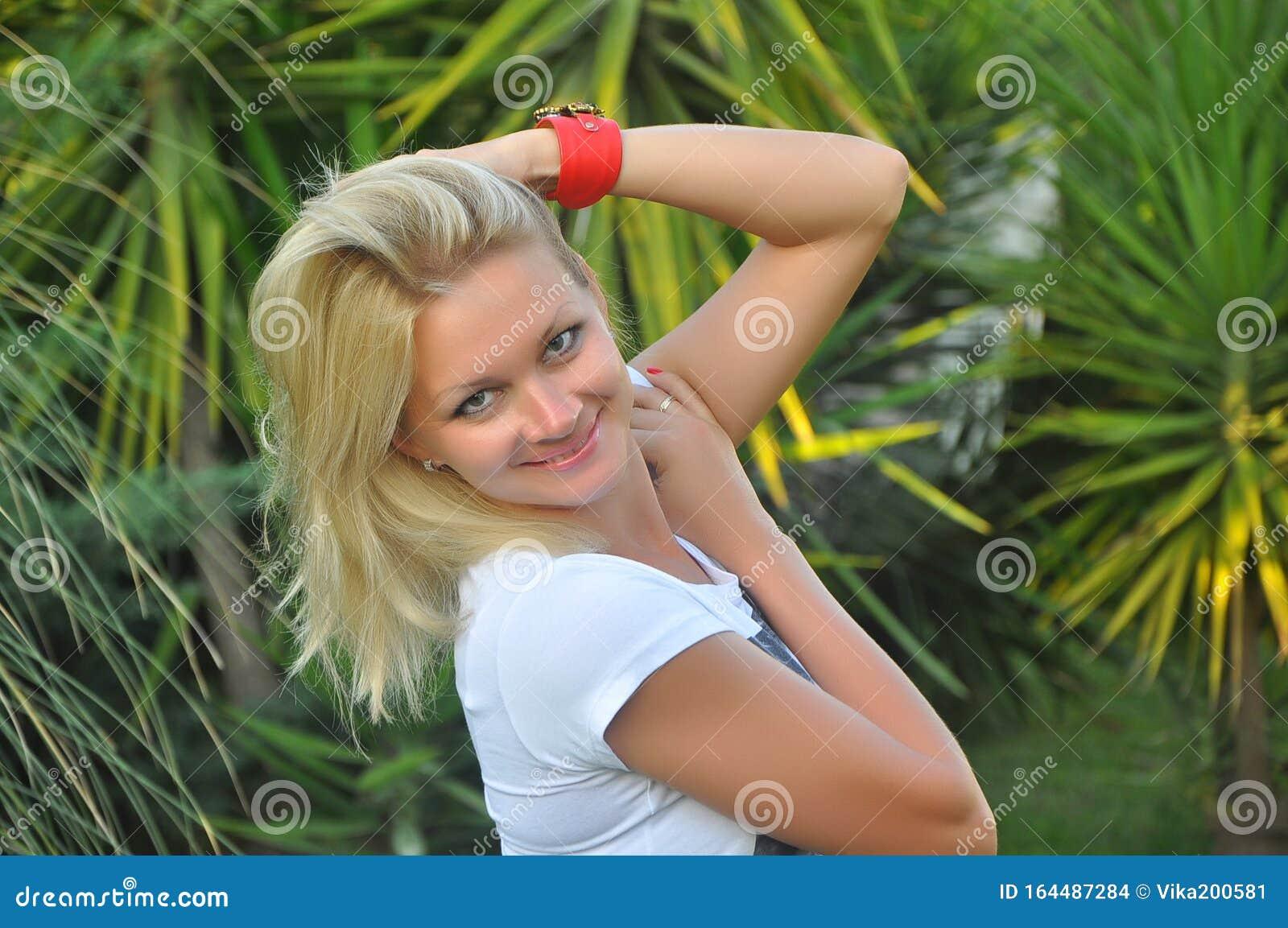 https://thumbs.dreamstime.com/z/portrait-beautiful-young-blonde-girl-classical-slavic-appearance-russian-beauty-slender-figure-beautiful-woman-164487284.jpg