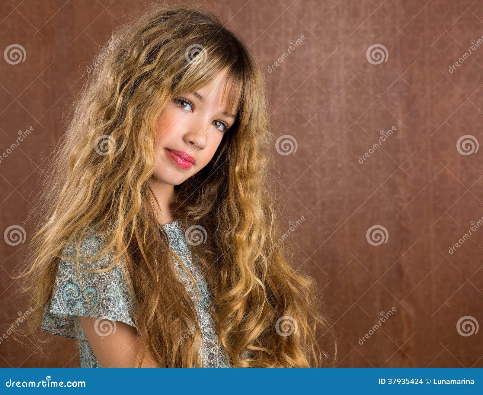portrait blond de cheveux bouclés de fille d'enfant sur le rétro