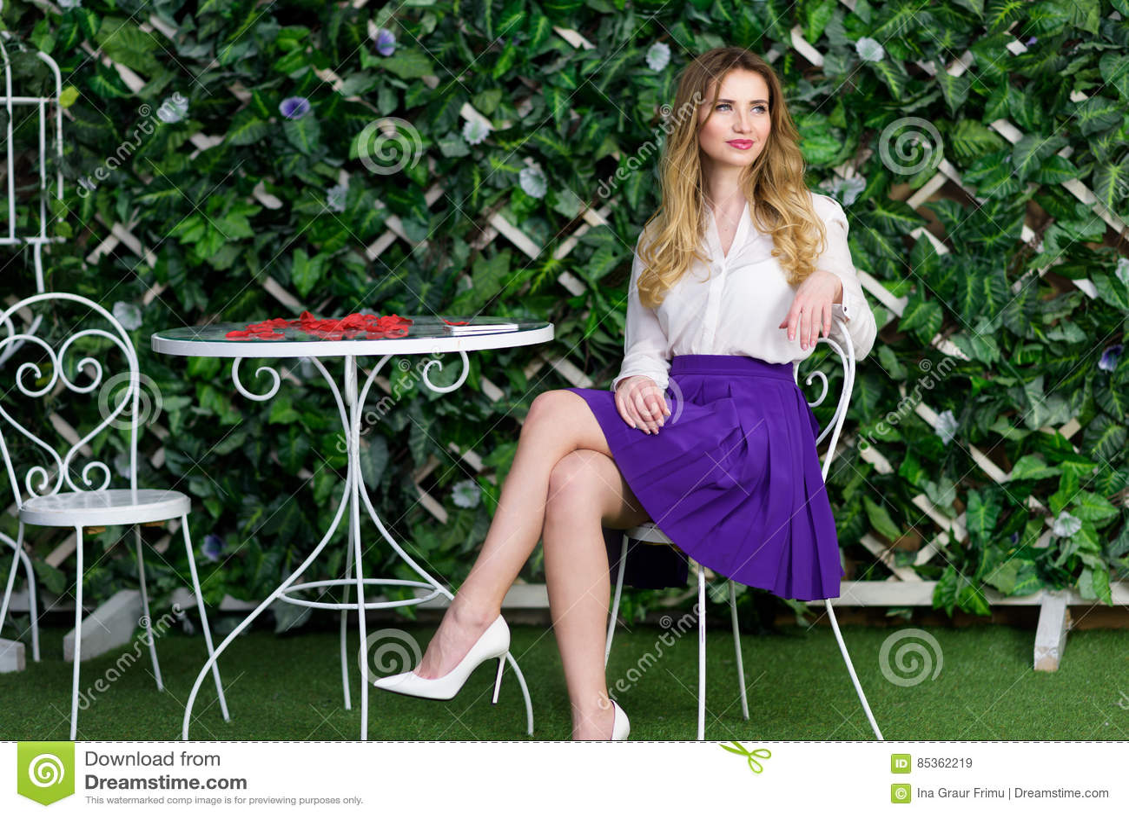 Portrait blond de fille en café extérieur