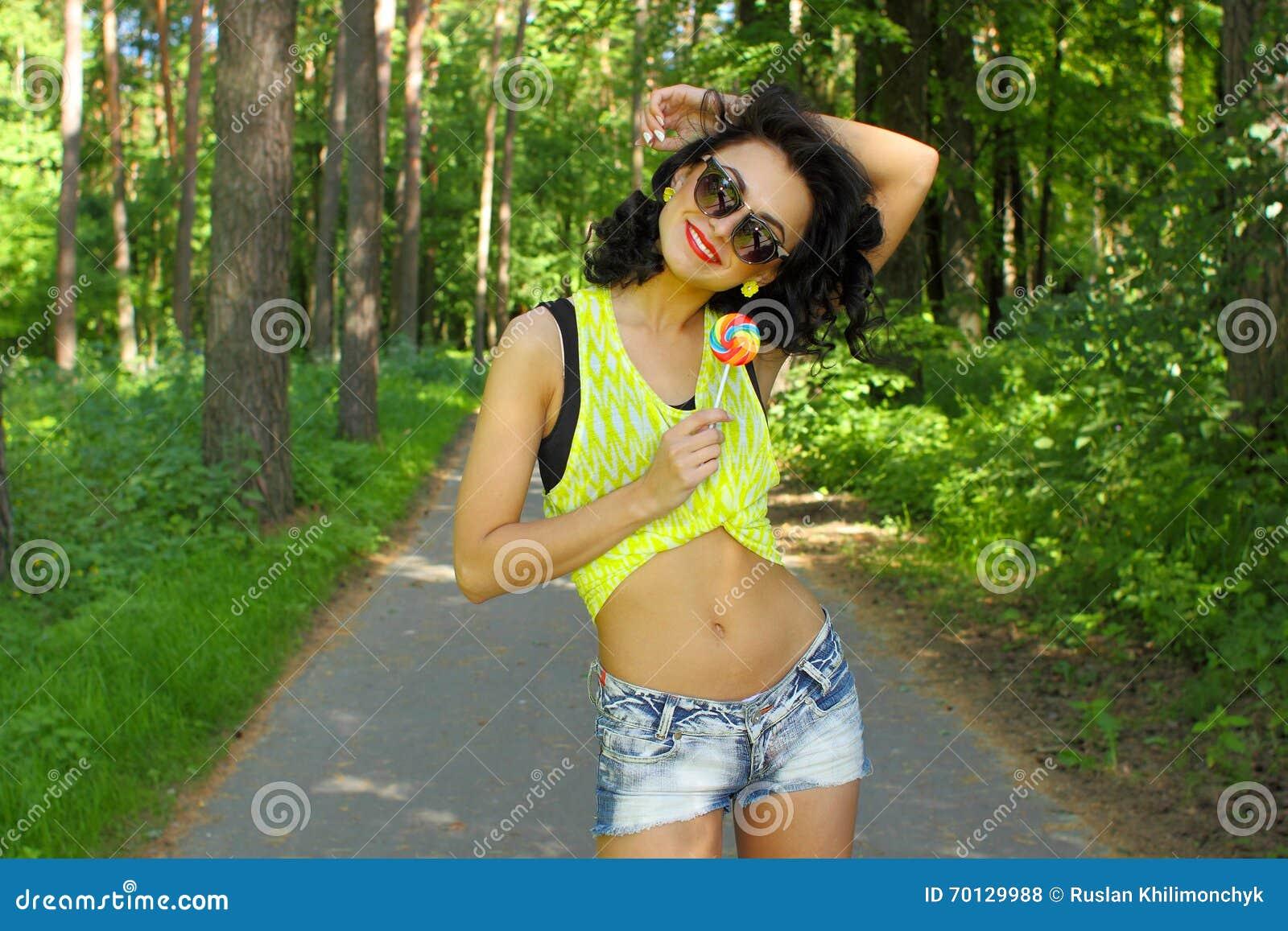 Portrait Colore De La Jeune Fille Drole Sexy De Mode Posant Dans L Equipement De Style D Ete Photo Stock Image Du Style Drole 70129988