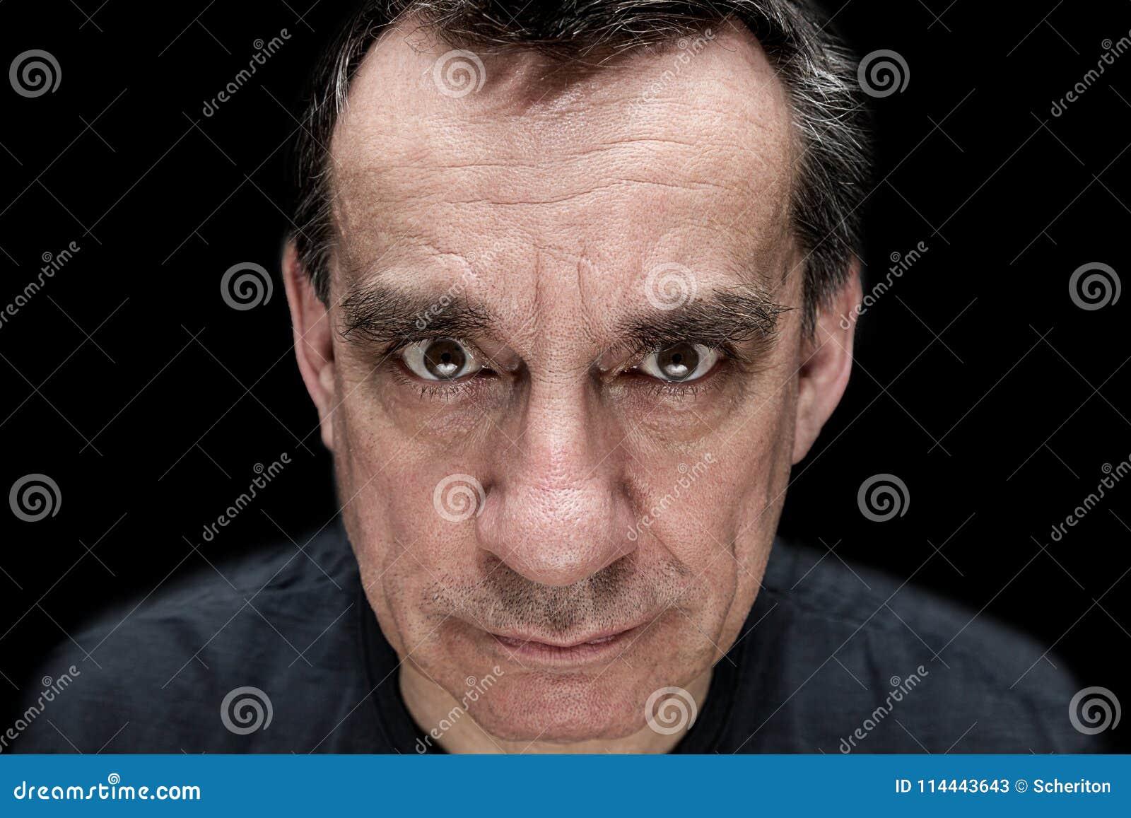 Portrait contrasté d homme menaçant fâché