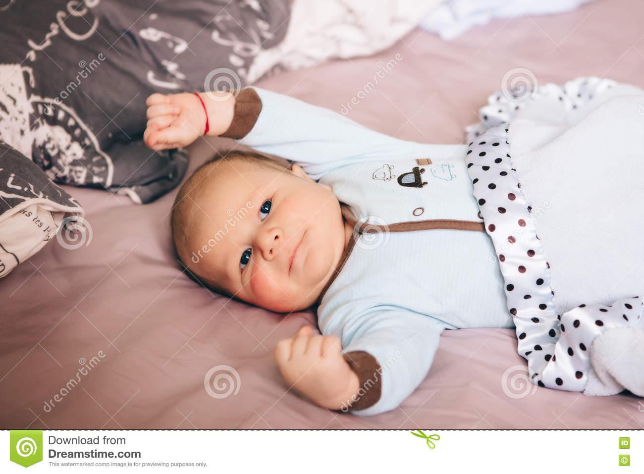 Baby bed for parents bed - Portrait Of Cute Adorable Funny White Caucasian Blond Little Baby Boy Newborn With Blue Grey Eyes Lying On Large Parents Bed