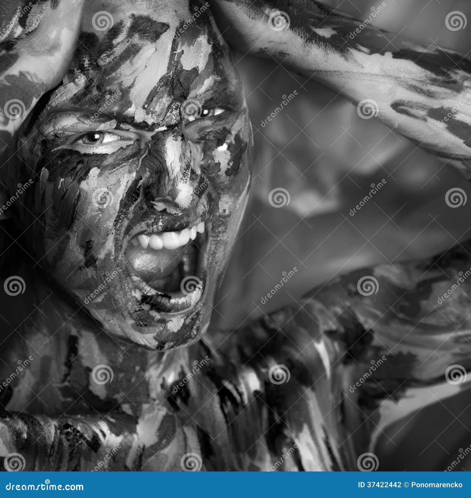 Portrait désaturé de femme émotive en peintures
