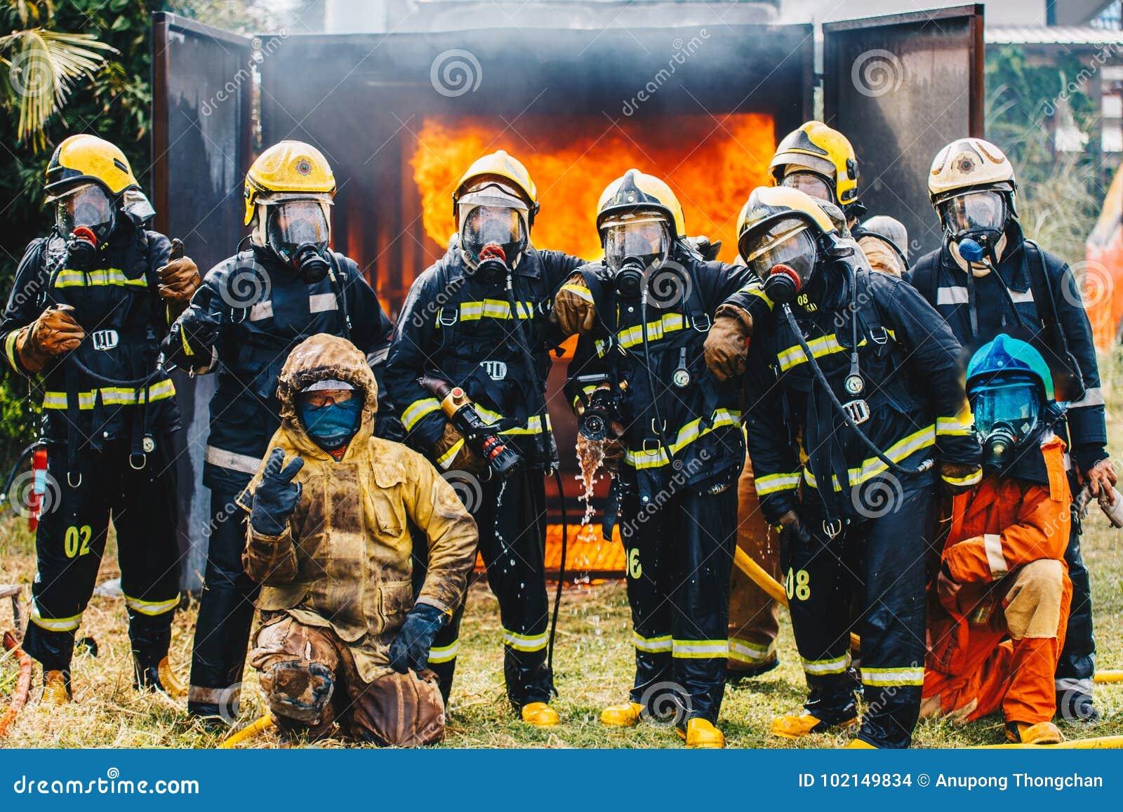 Portrait d équipe de sapeurs-pompiers dans l uniforme
