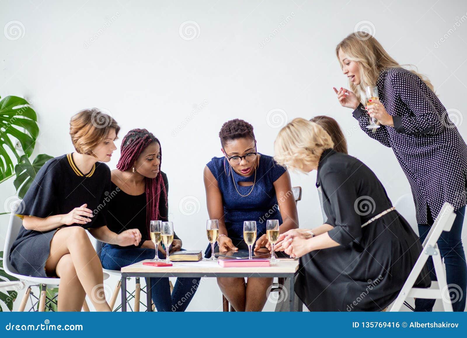 Portrait d équipe féminine d affaires dans le studio moderne avec des verres de champagne