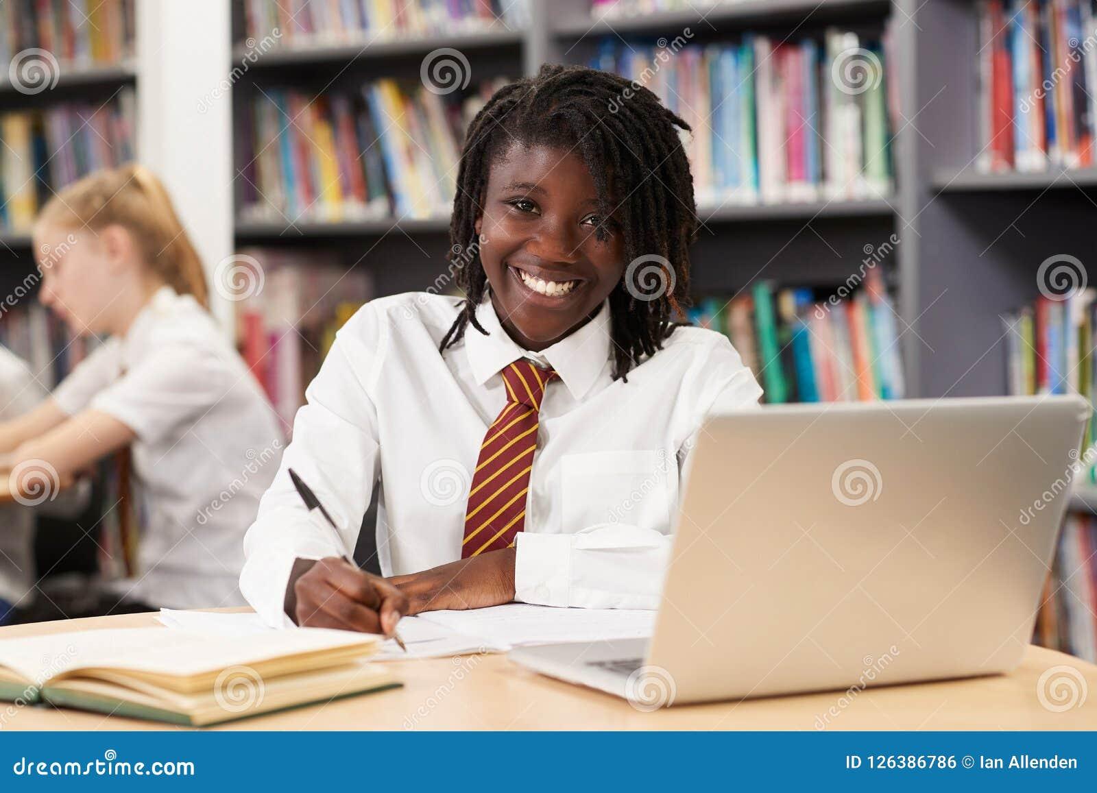 Portrait d étudiant féminin Wearing Uniform Working A de lycée