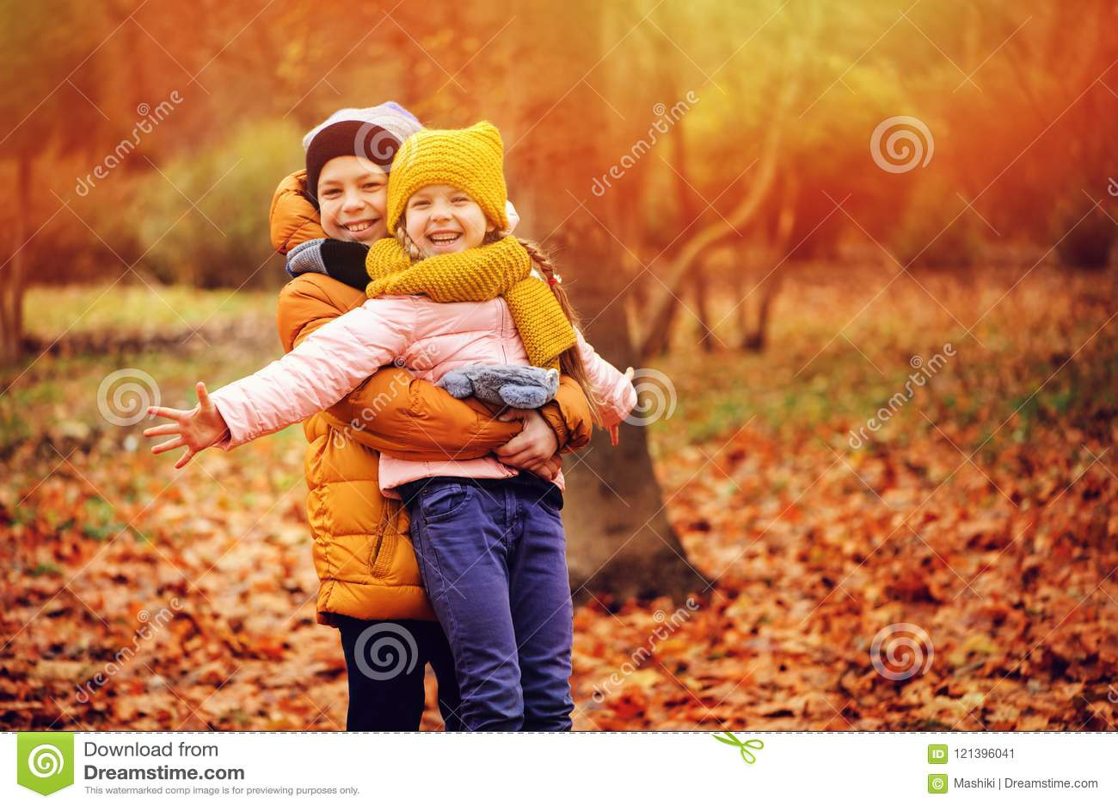 Portrait d automne de jouer heureux d enfants extérieur en parc