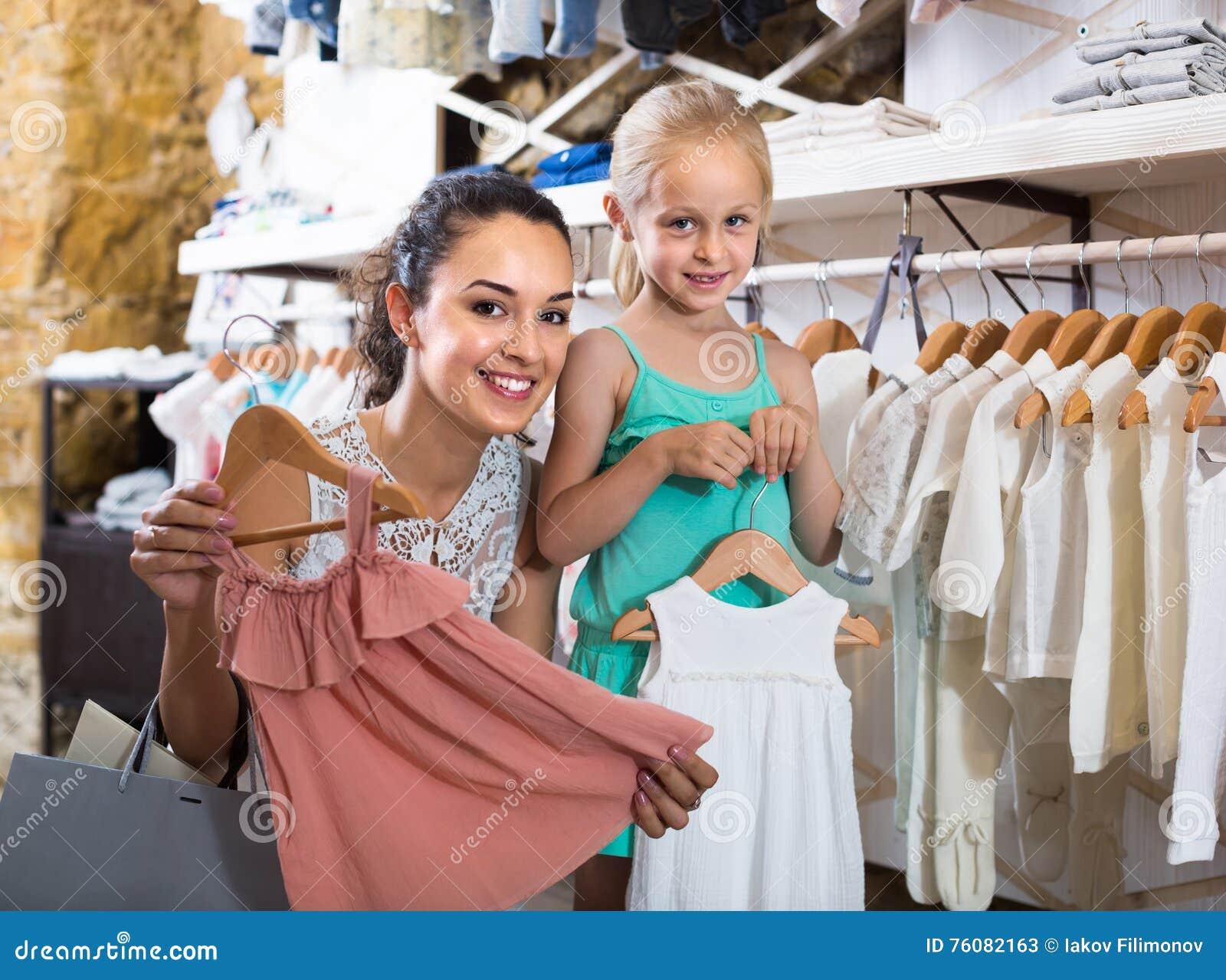 Portrait d habillement blanc de achat de bébé de femme et de fille en tissu