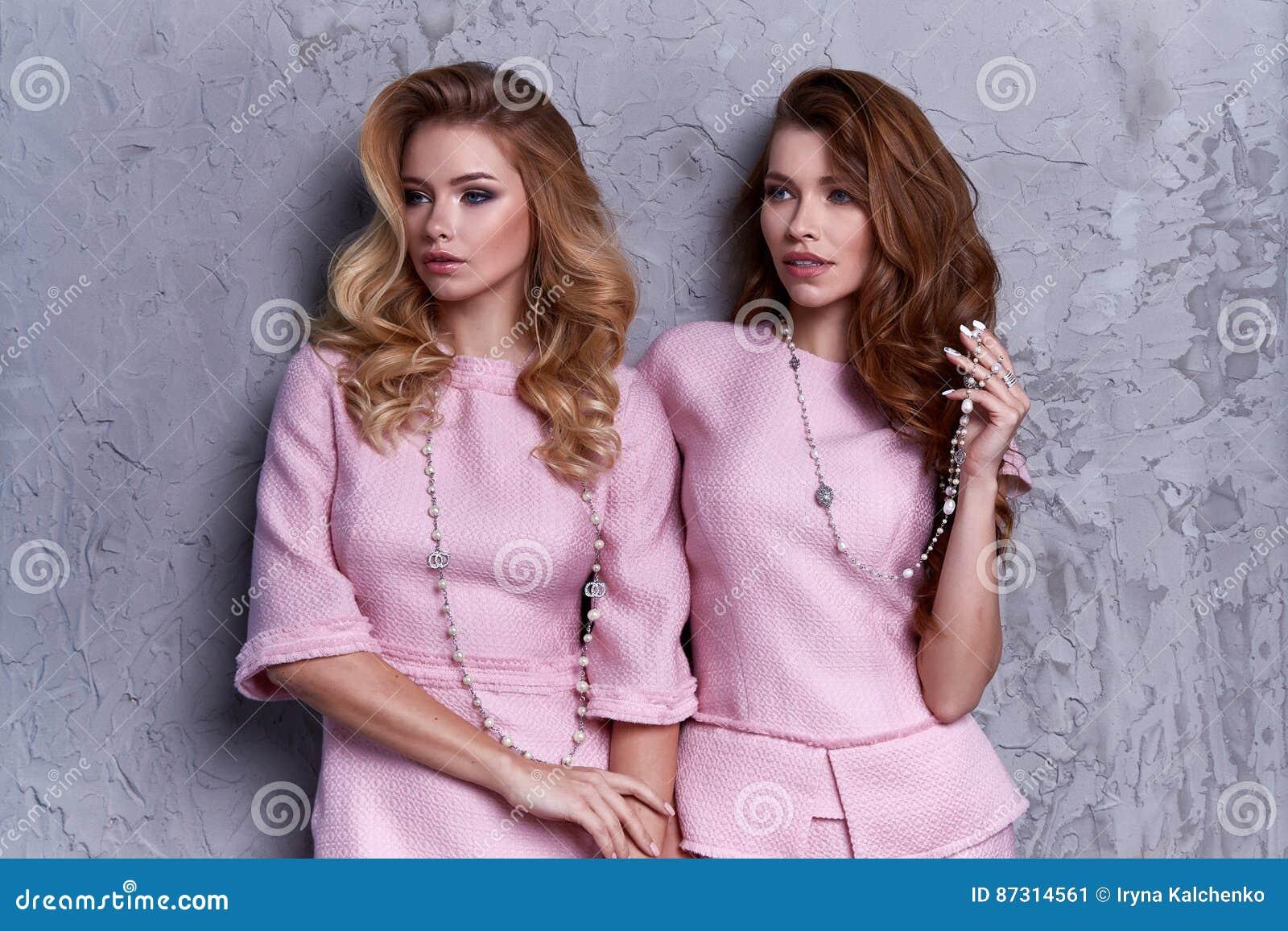 Portrait dhabillement de style daffaires dusage de femme deux