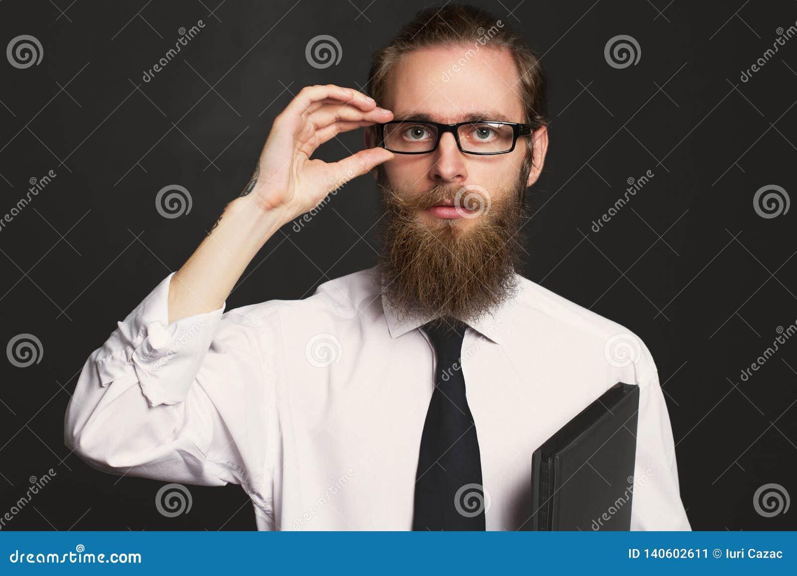 Portrait d homme d affaires barbu de hippie sérieux avec des documents Patron en verres posant dans les affaires