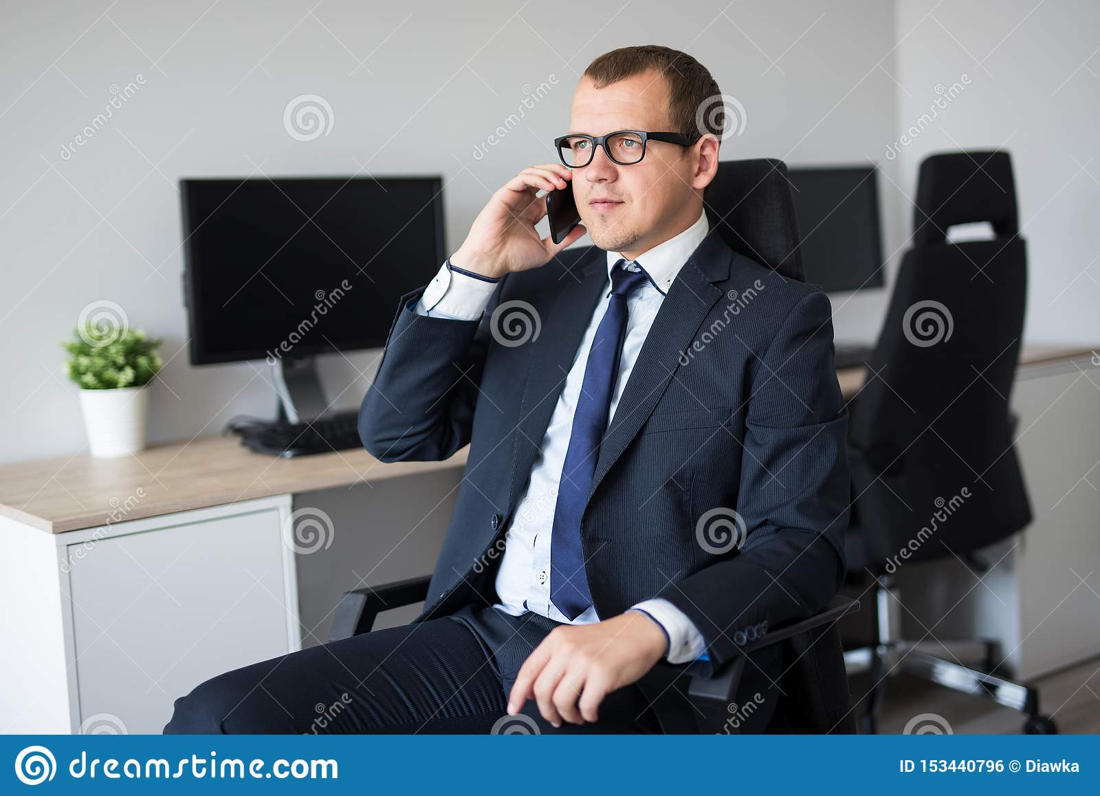 Portrait d homme d affaires bel parlant par le téléphone dans le bureau