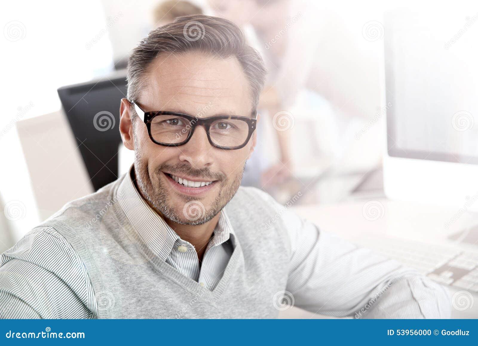 Portrait d homme d affaires de sourire au travail