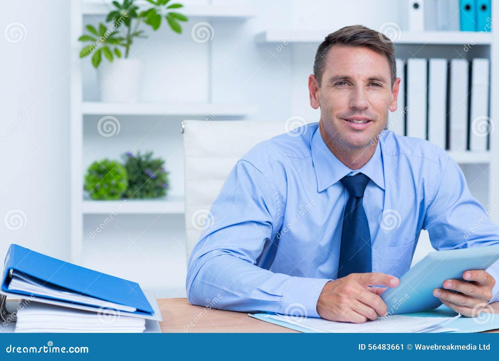 Portrait d homme d affaires de sourire utilisant son comprimé numérique