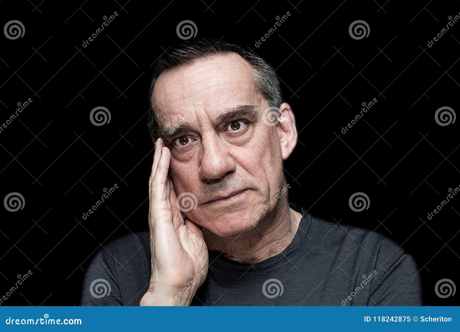 Portrait d homme frustrant fâché sur le fond noir