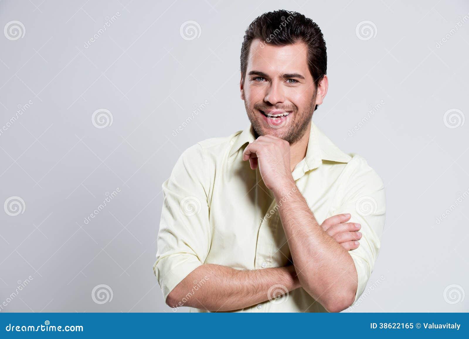 portrait d 39 homme heureux dans la chemise jaune image stock image du sourire heureux 38622165. Black Bedroom Furniture Sets. Home Design Ideas