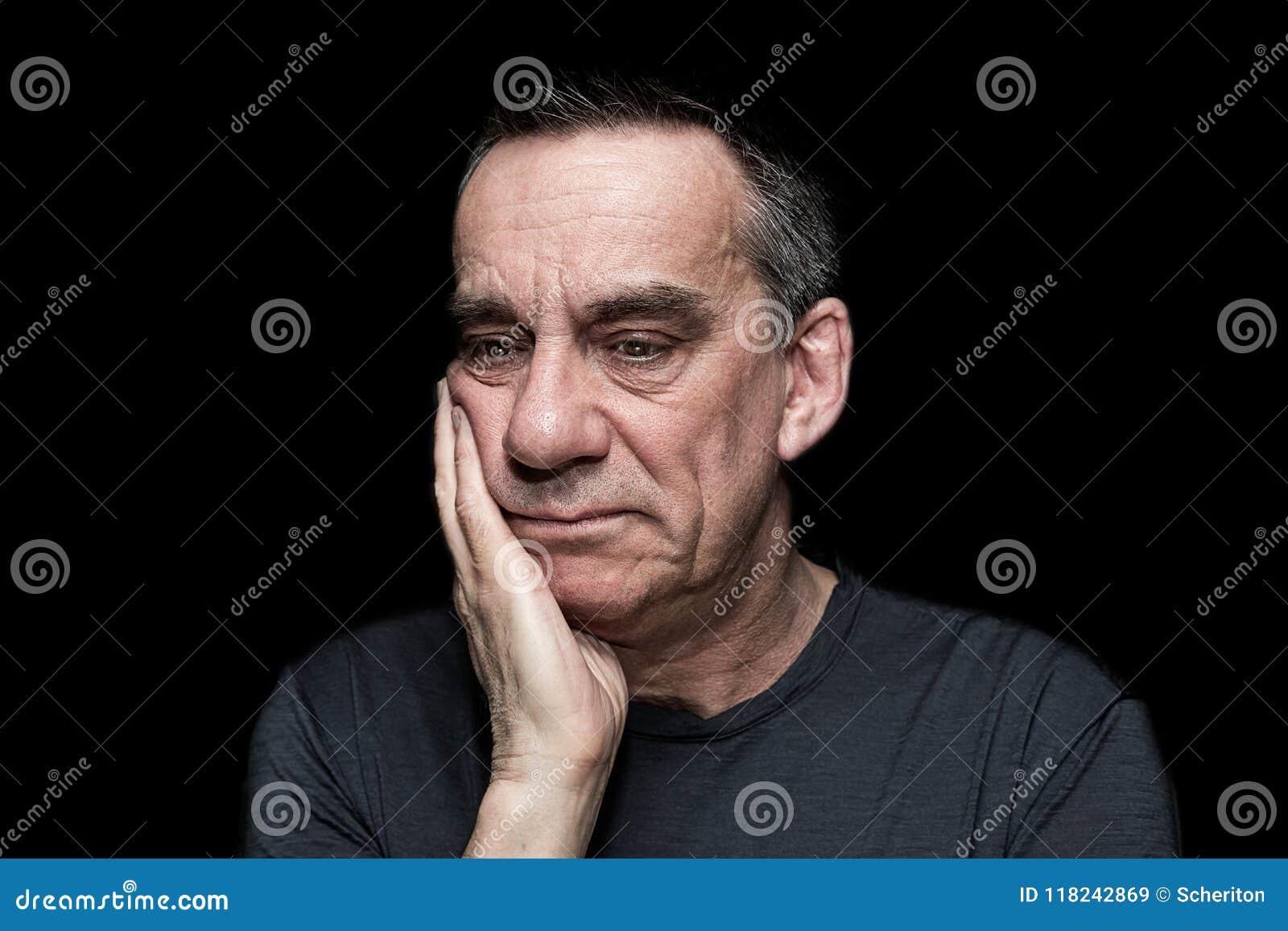 Portrait d homme malheureux triste sur le fond noir