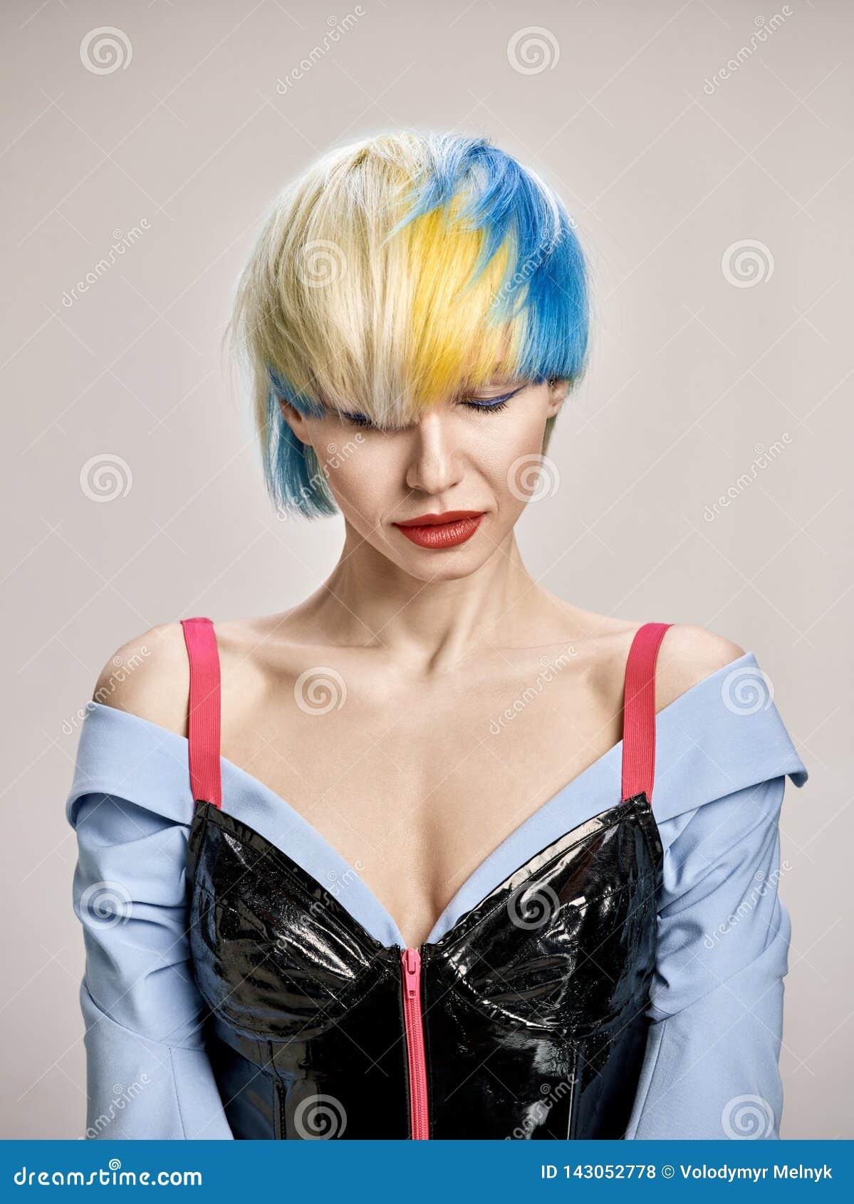 Portrait d intérieur en gros plan de belle fille avec les cheveux blonds Le studio a tiré de la jeune femme gracieuse avec la cou