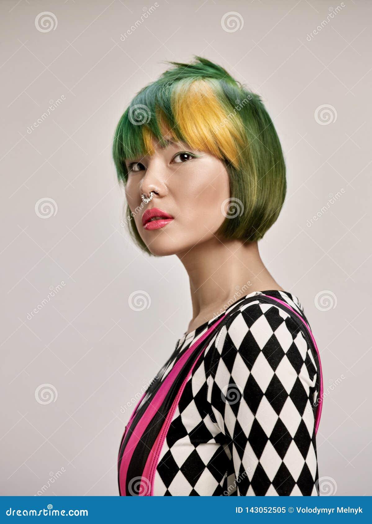 Portrait d intérieur en gros plan de belle fille avec les cheveux colorés Le studio a tiré de la jeune femme gracieuse avec la co