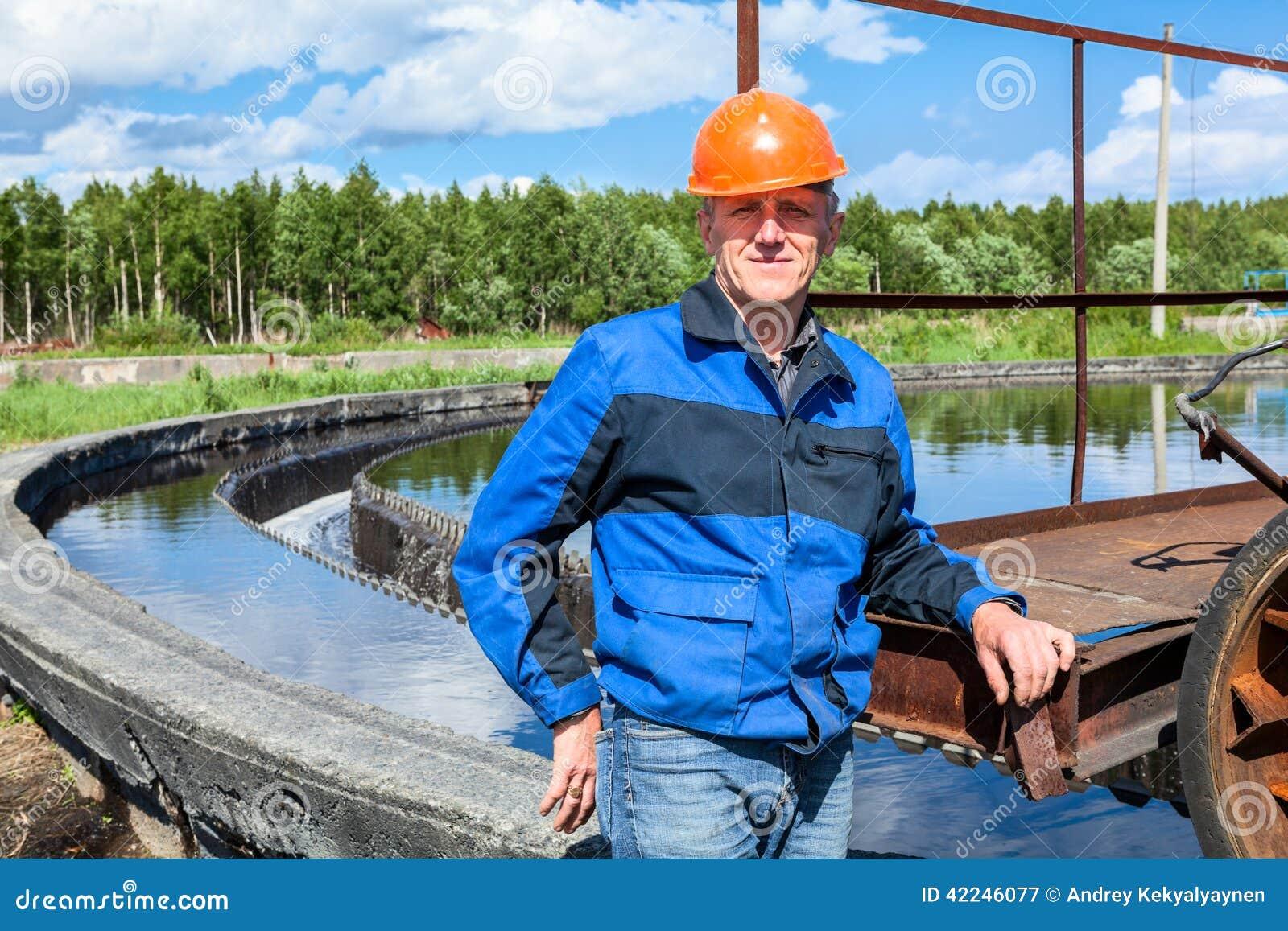 Portrait d ouvrier supérieur dans l uniforme sur l ensemble industriel