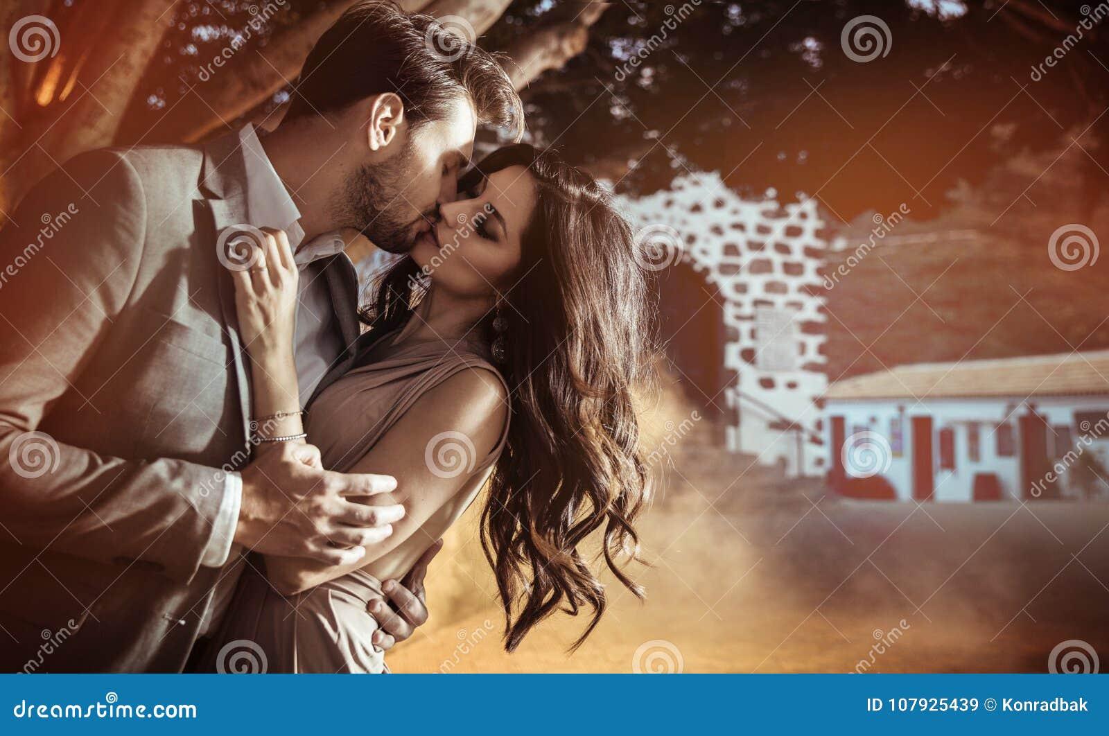 Portrait d un élégant, embrassant des couples