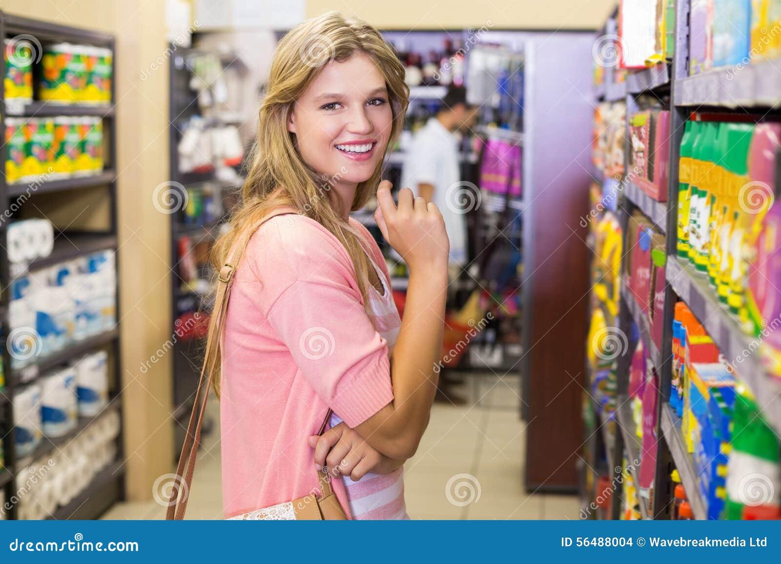 Portrait d un achat de sourire de jeune femme produits