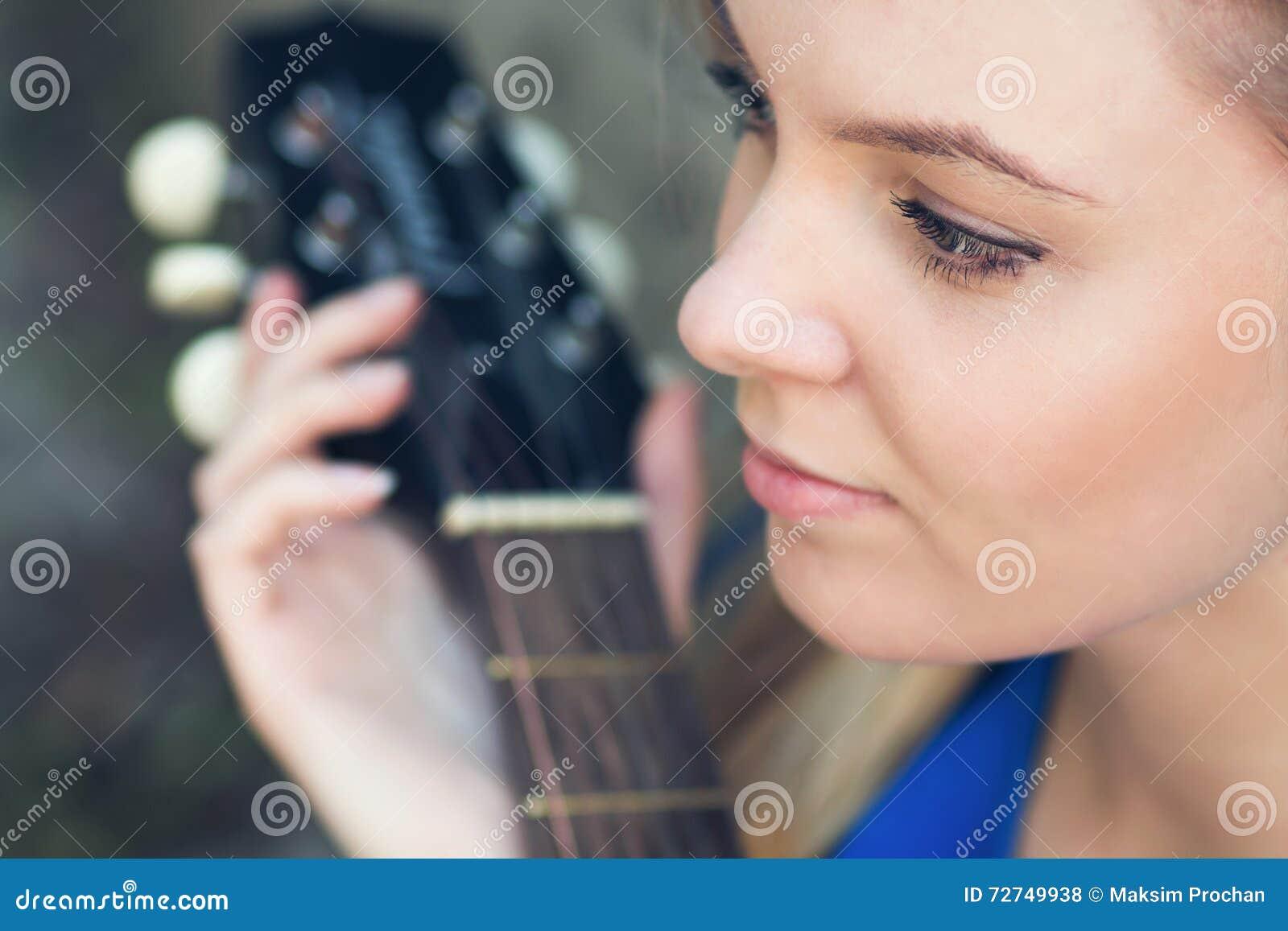 Portrait d un adolescent avec une guitare sous un arbre
