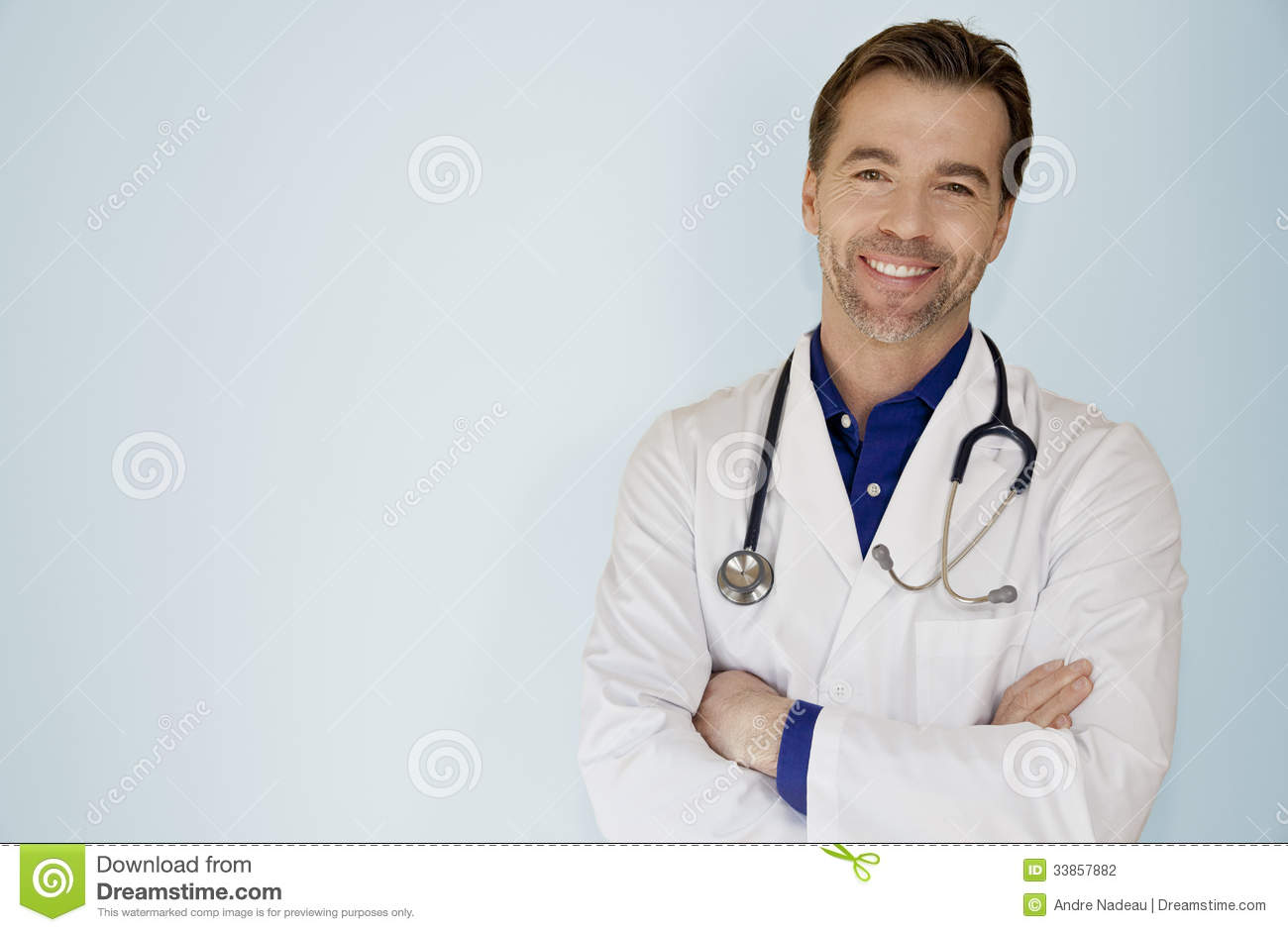 Portrait d un appareil-photo bel de docteur Smiling At The