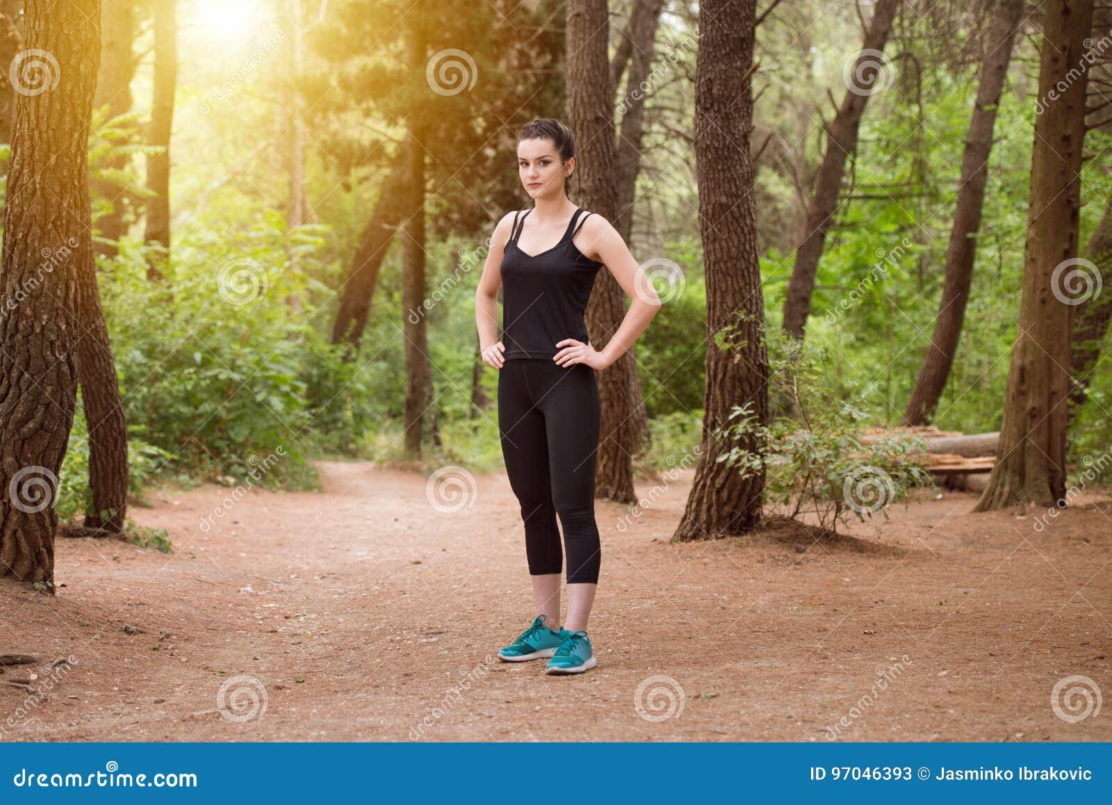 Portrait d un athlète Running On Forest Trail