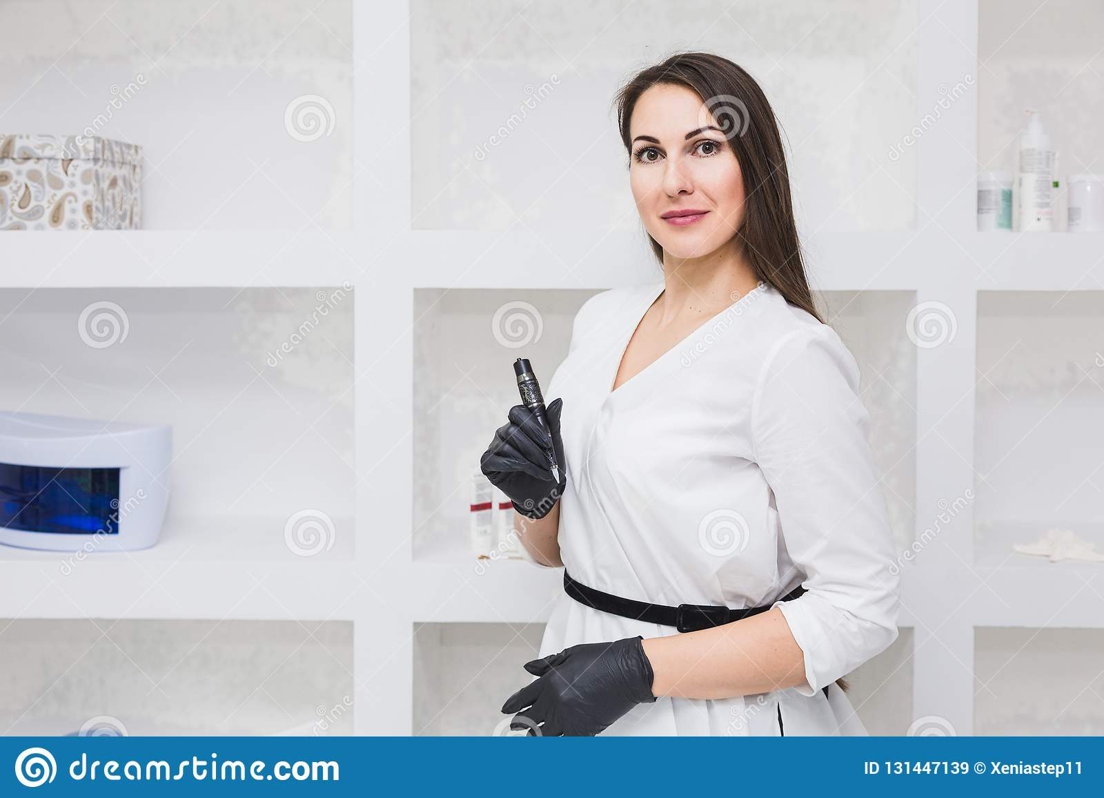 Portrait d un beau maquilleur de jeune femme dans le salon de beauté