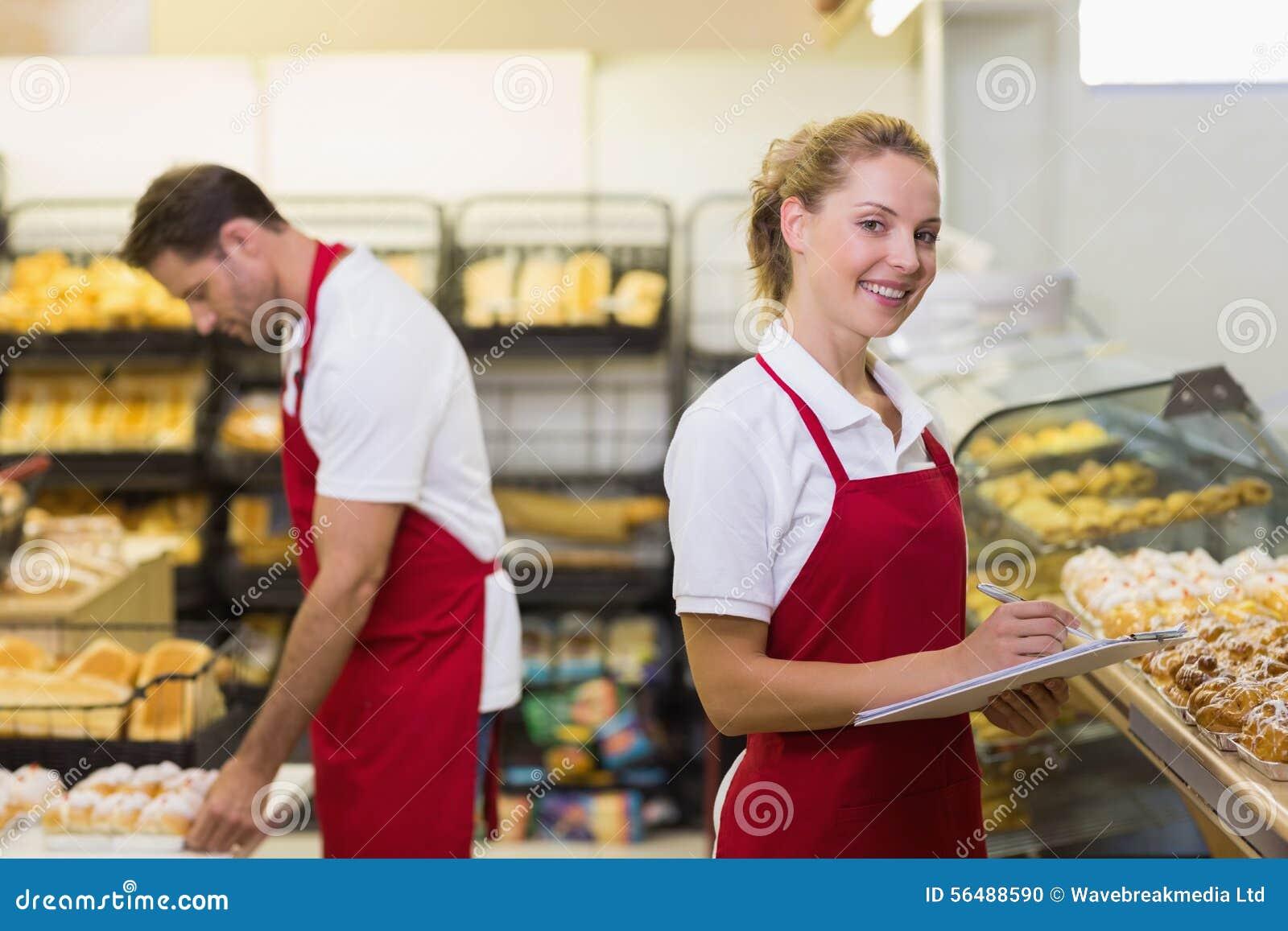 Portrait d un boulanger blond avec son collègue