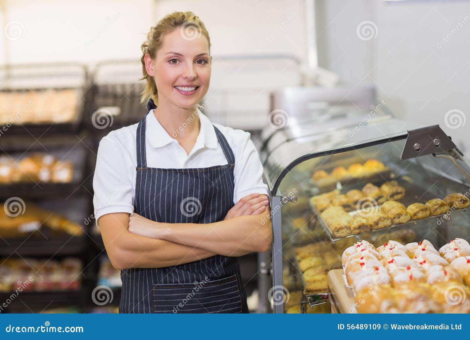 Portrait d un boulanger blond de sourire avec le bras croisé