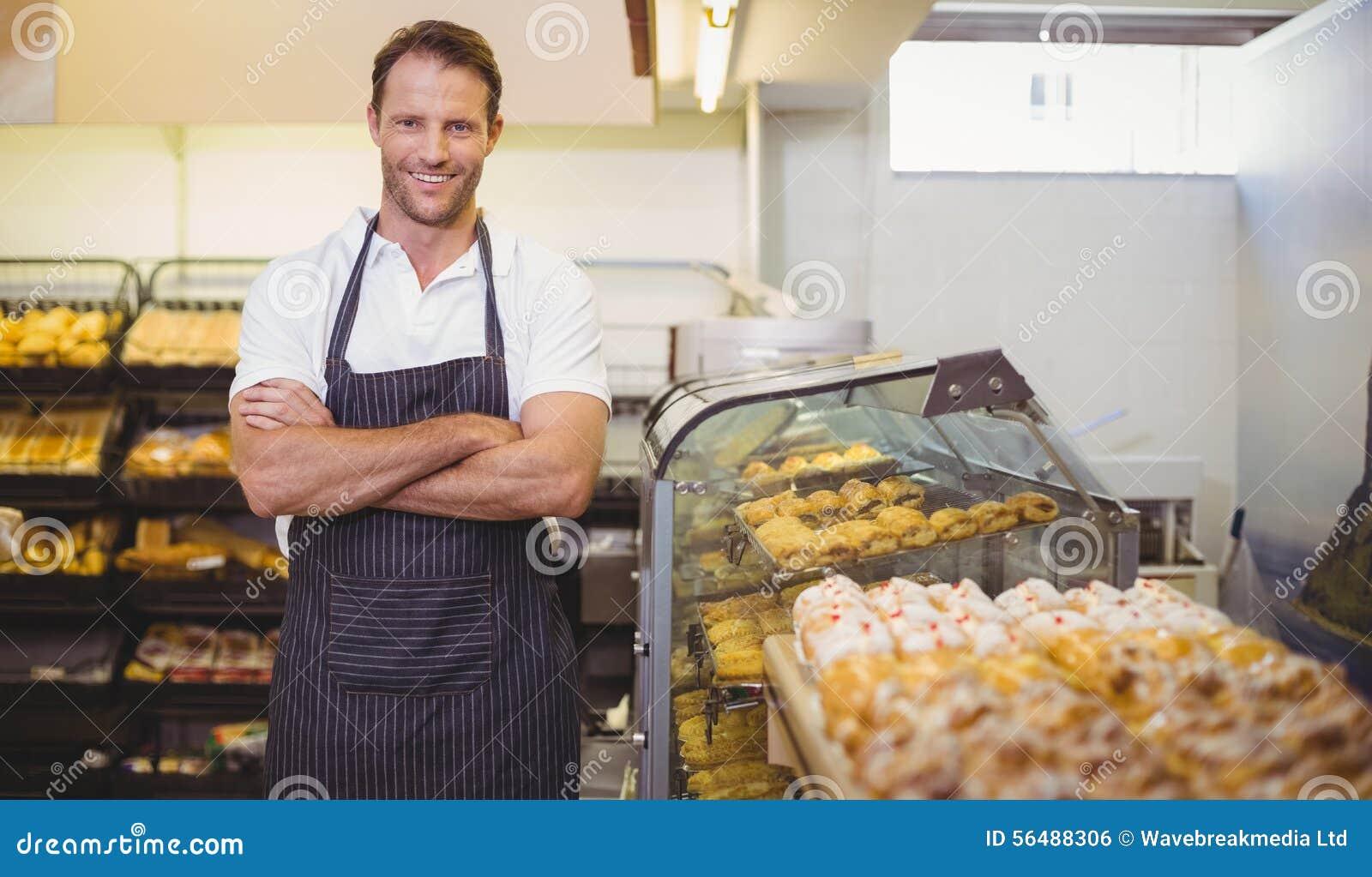 Portrait d un boulanger de sourire avec le bras croisé