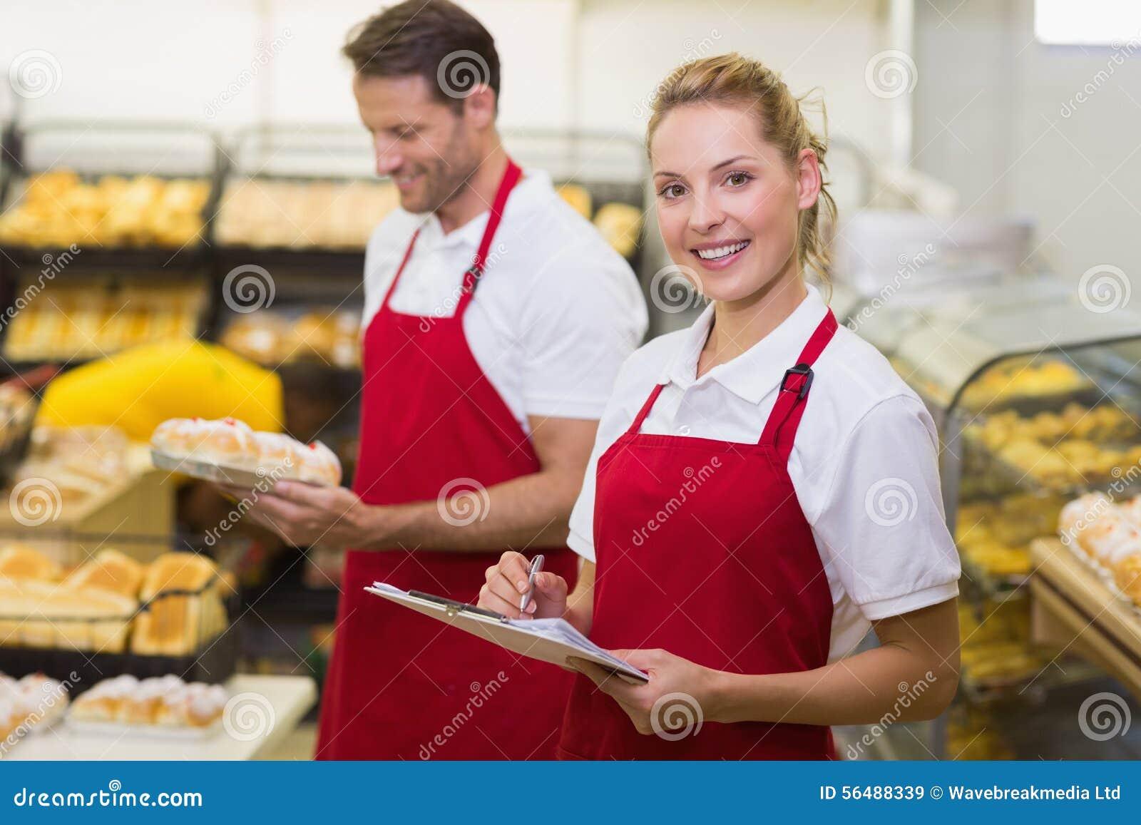 Portrait d un boulanger de sourire avec son collègue