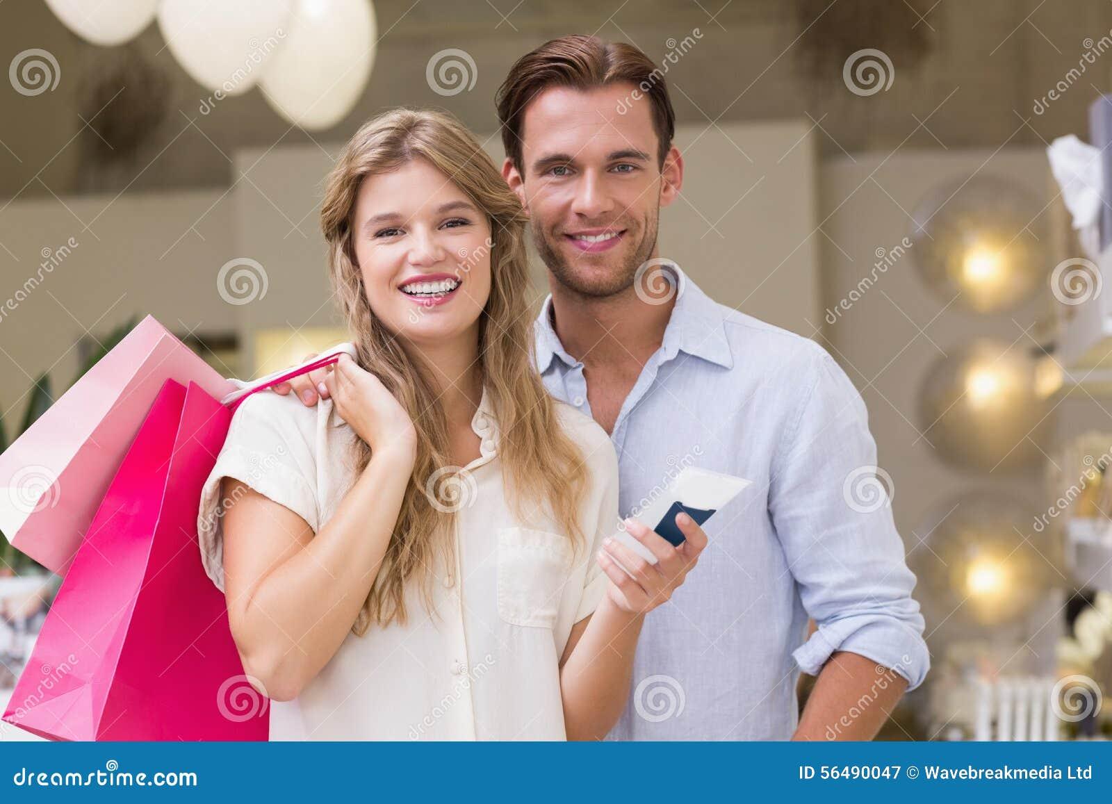 Portrait d un couple heureux regardant le produit de beauté