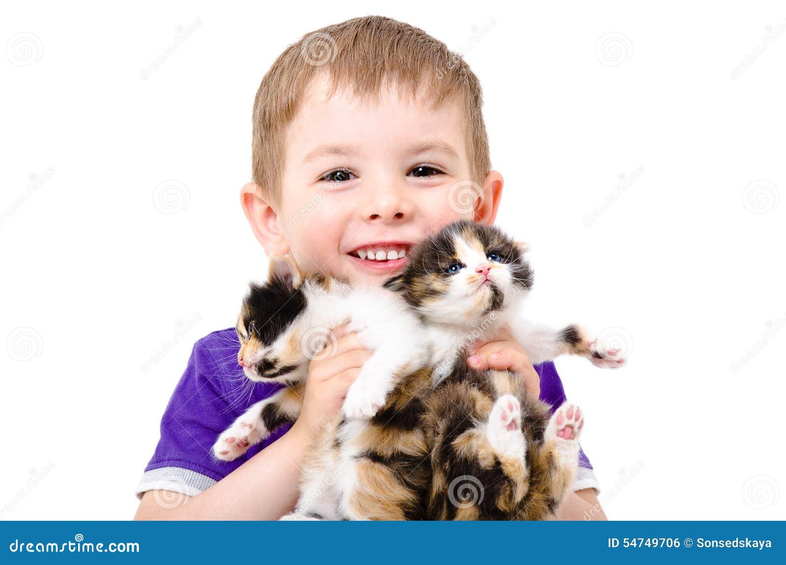 Portrait d un enfant heureux avec des chatons dans les mains